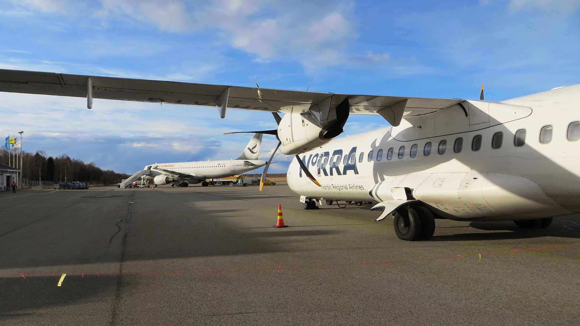 Kaksi lentokonetta Kemin lentokentällä.