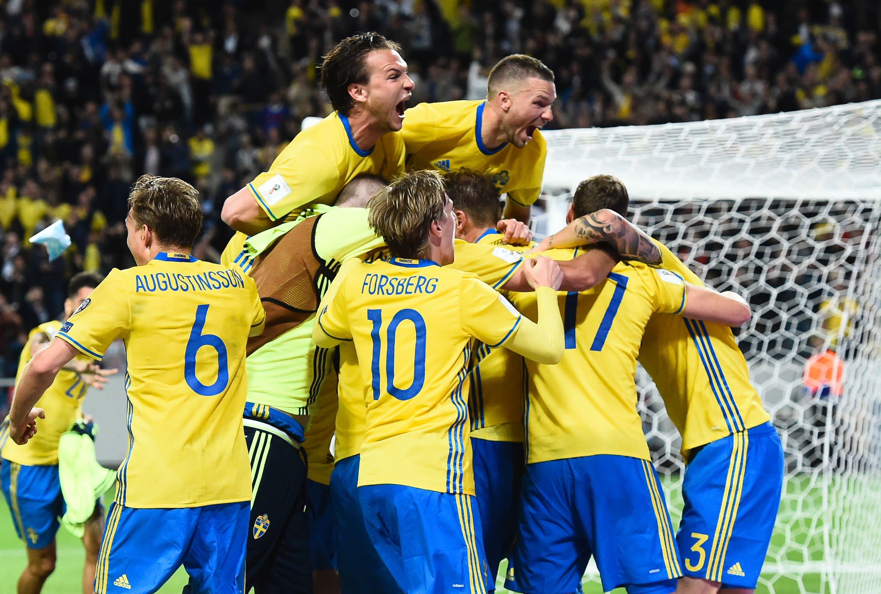 Ruotsin jalkapallomaajoukkue juhlii Ranska-voittoa.