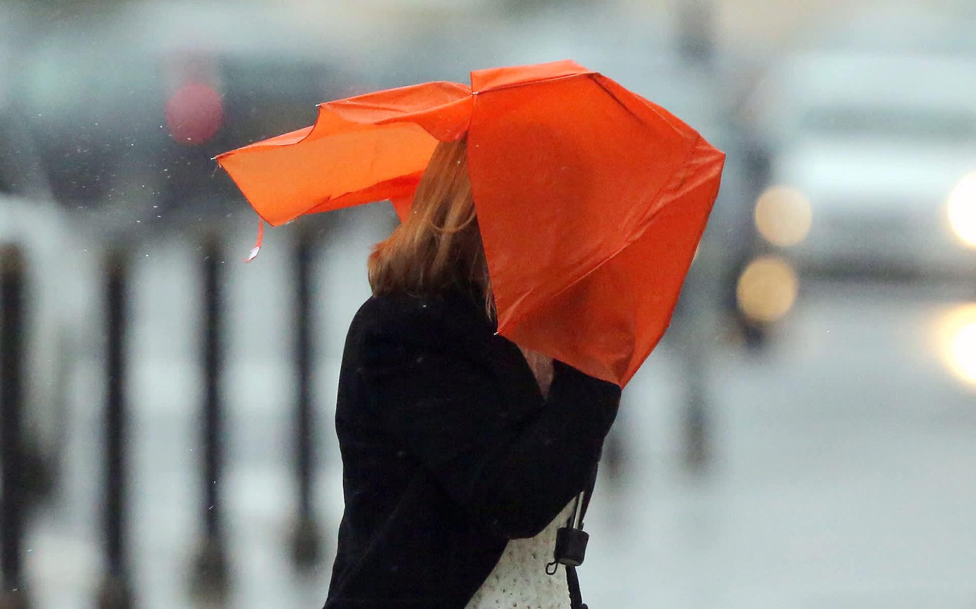 Nainen ja sateenvarjo naamalla