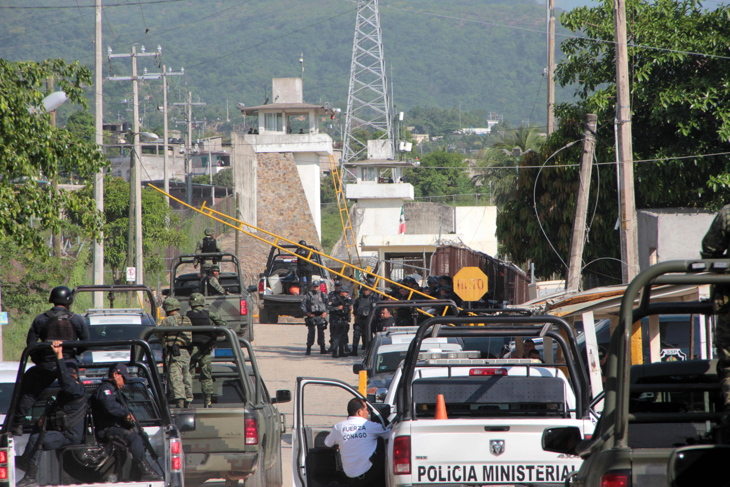 Authorities participate in an operation after a riot in which at least five inmates lost their lives in the Acapulco jail in Acapulco, state of Guerrero, Mexico, 06 July 2017. Five prisoners were killed and one more wounded in a confrontation of two rival groups.