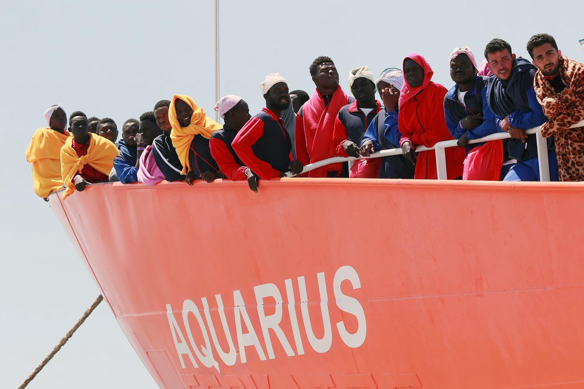Siirtolaisia Aquarius-aluksen kyydissä satamassa.