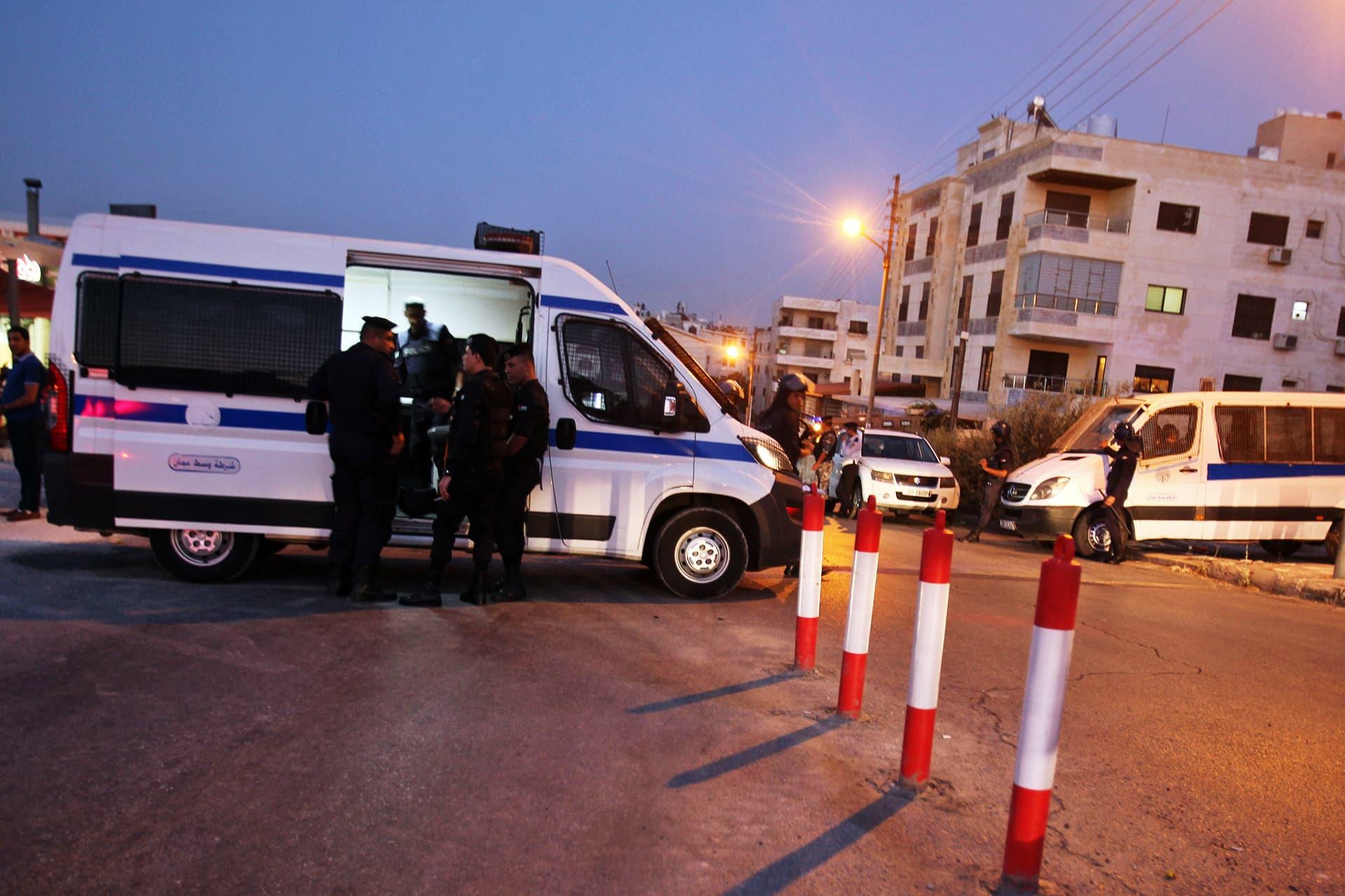 Jordanian turvallisuusjoukkoja Israelin lähetystön edustalla iskun jälkeen.