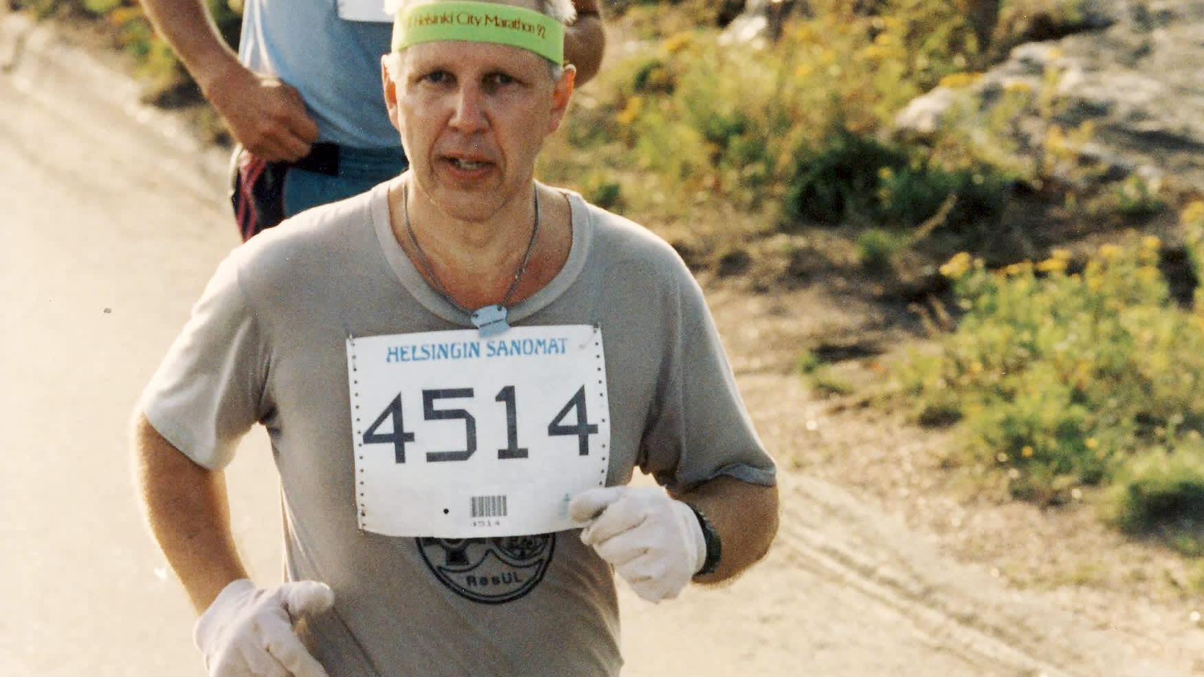 Yrjö Qvarnberg juoksemassa maratonia vuonna 1992.