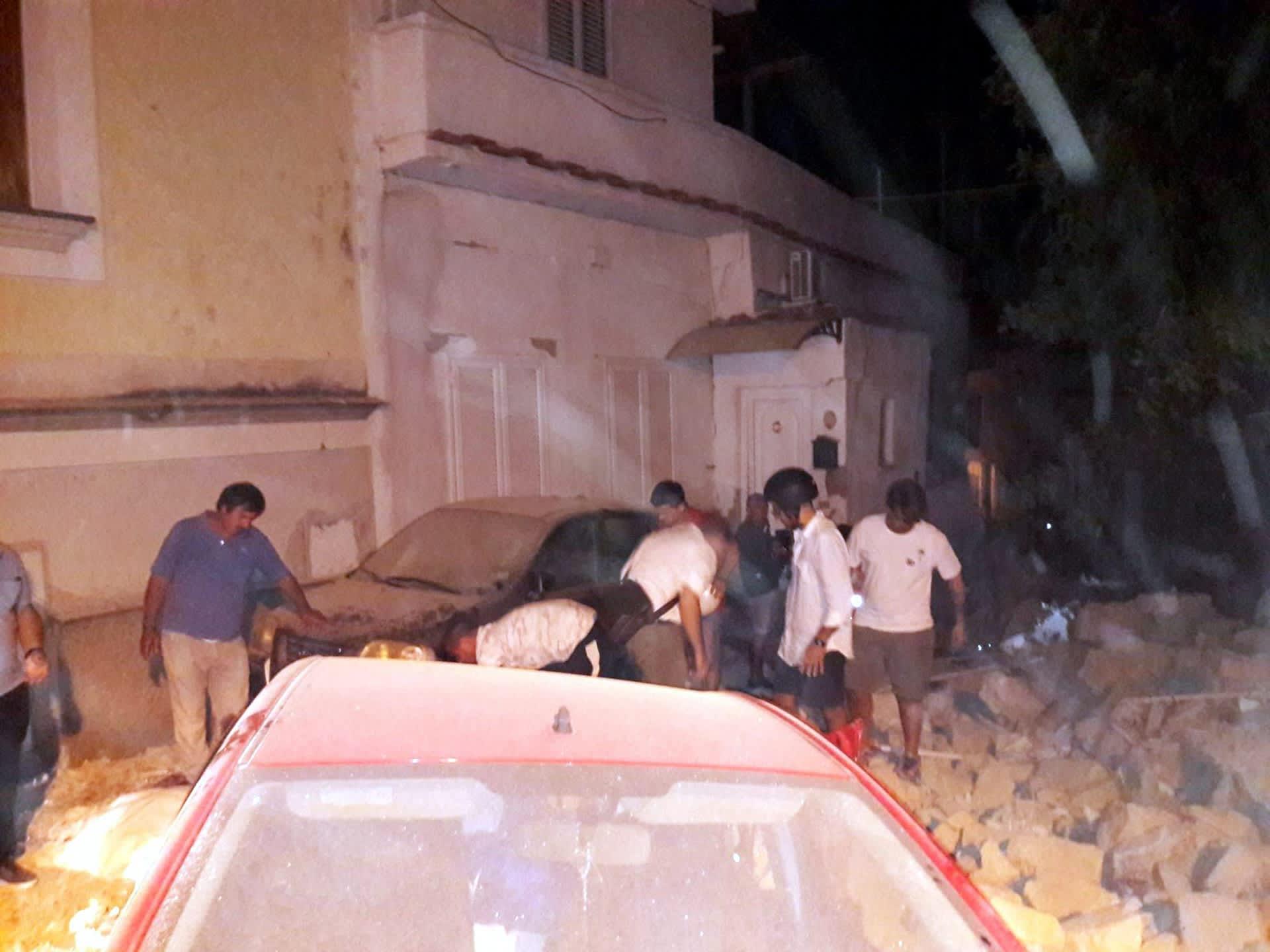 Sortuneita rakennuksia Ischian saarella maanjäristyksen jälkeen. Ihmisiä pelastustöissä.