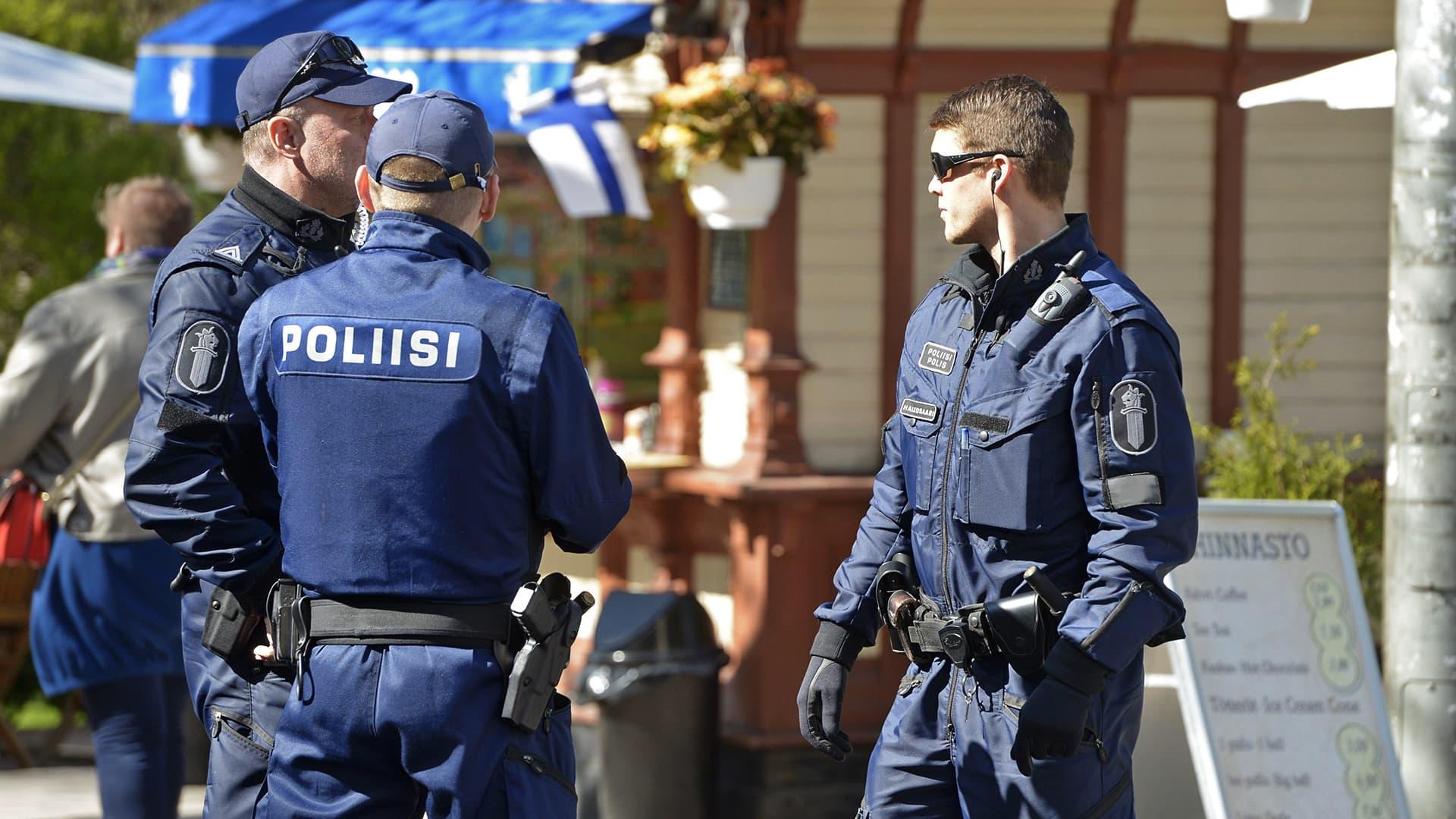 Poliiseja aseineen.