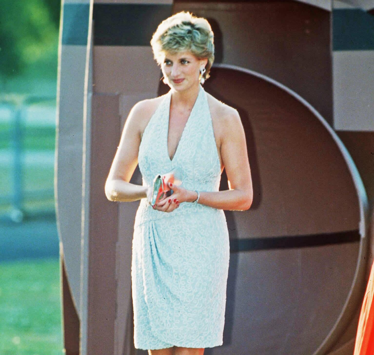 Diana glamour-mekossa hyväntekeväisyysgaalassa Hyde Parkissa kesäkuussa 1995.
