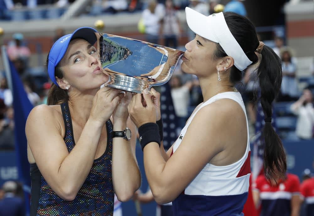 Martina Hingis ja Chan Yung-Jan kuvassa