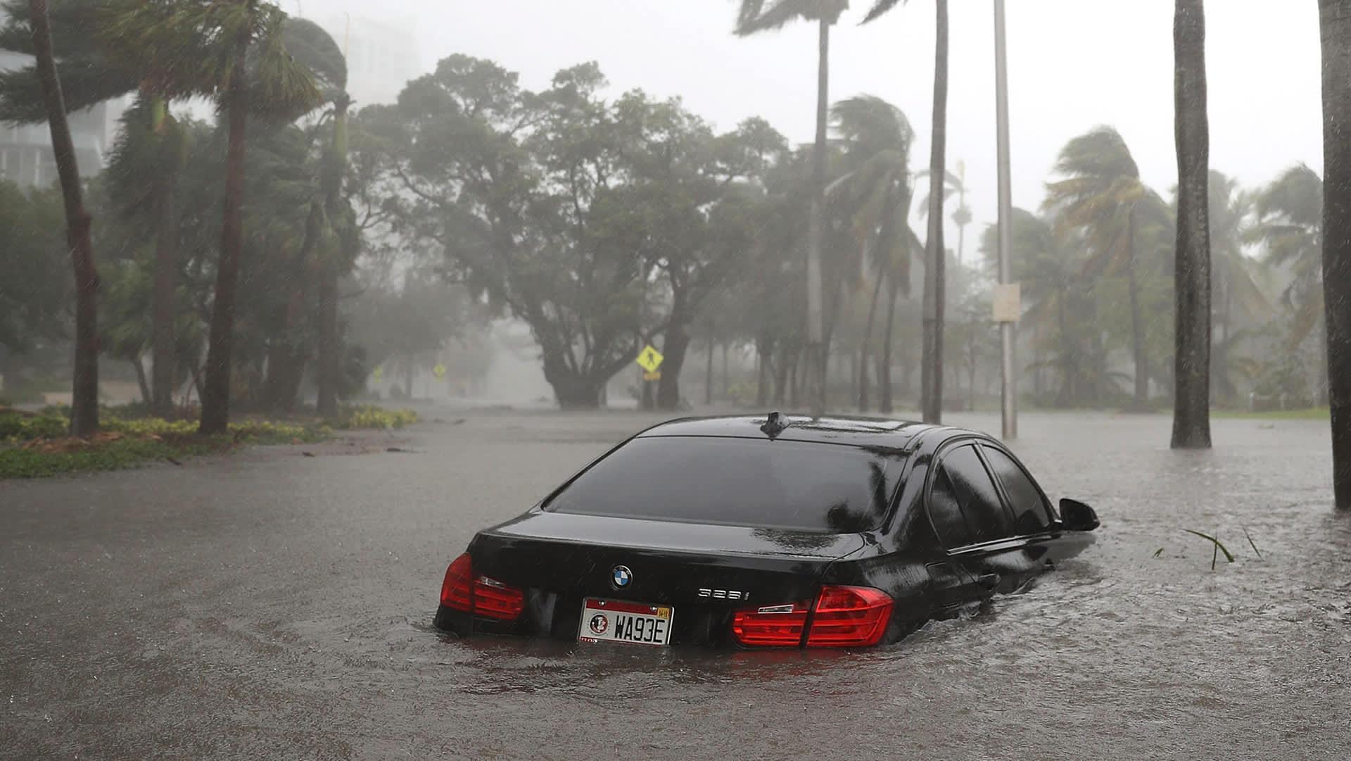 Henkilöauto hurrikaani Irman aiheuttaman tulvan saartamana Miamissa 10. syyskuuta.