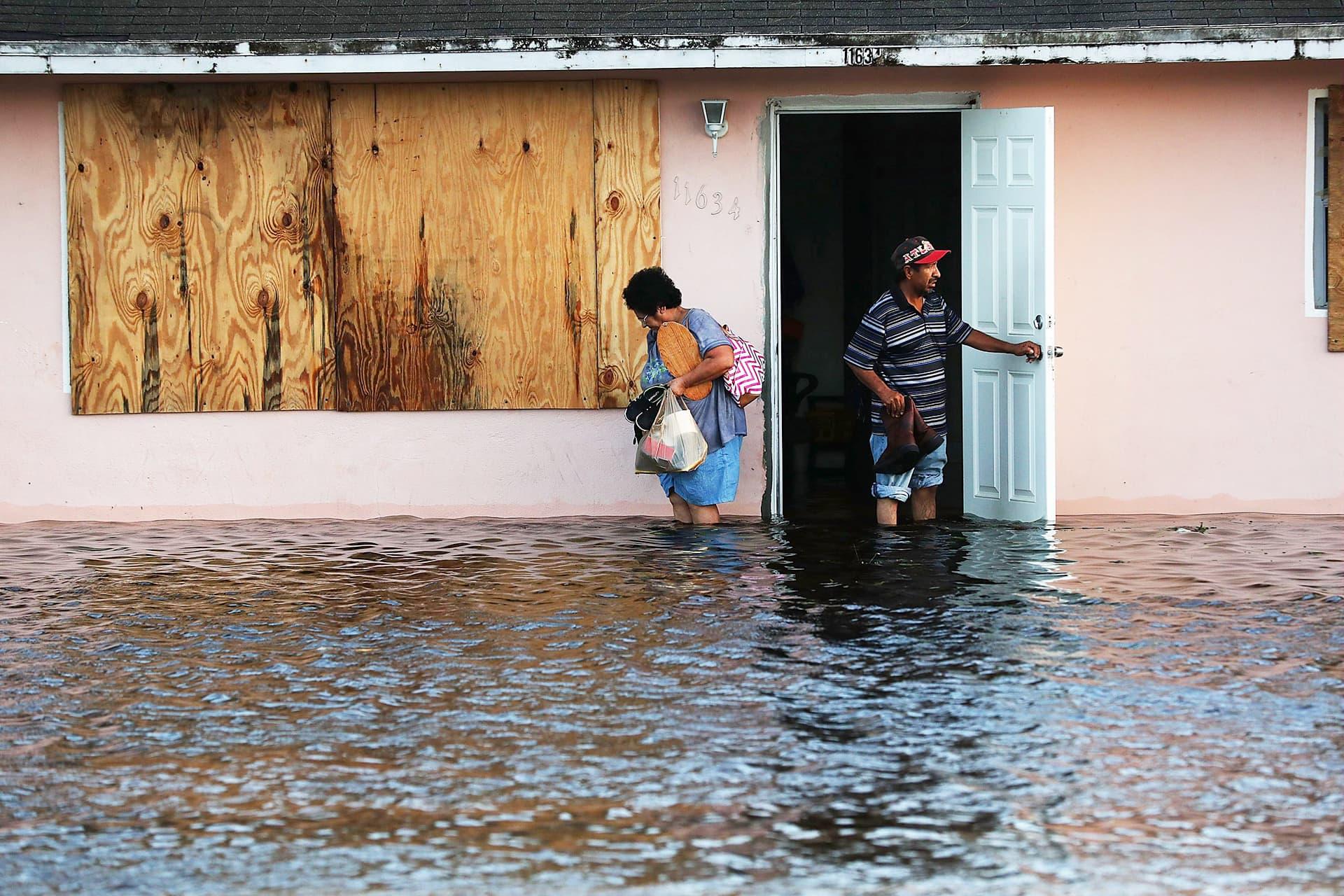 Ihmiset kävivät tarkastamassa kotiaan Bonita Springsissa, Floridassa 11. syyskuuta.