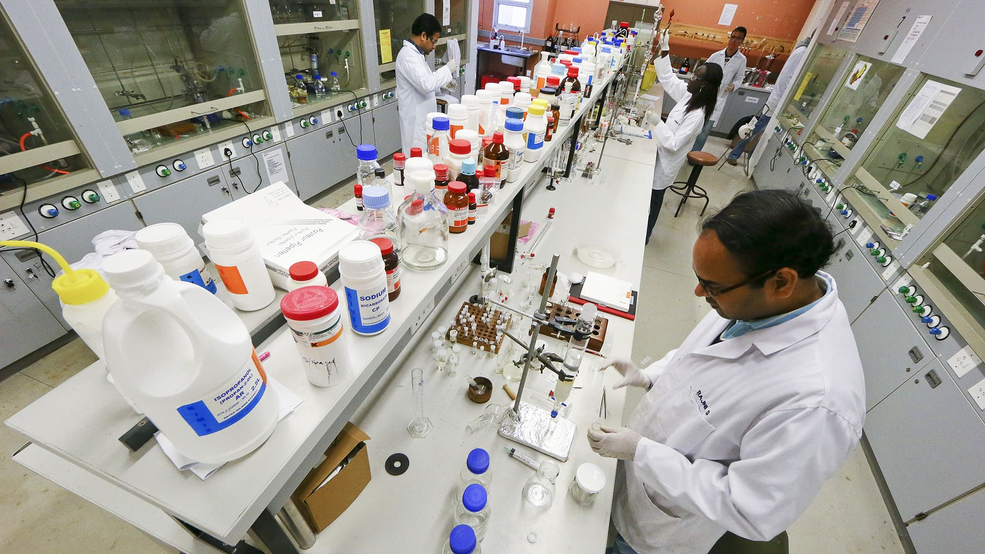 Tutkijoita laboratoriossa