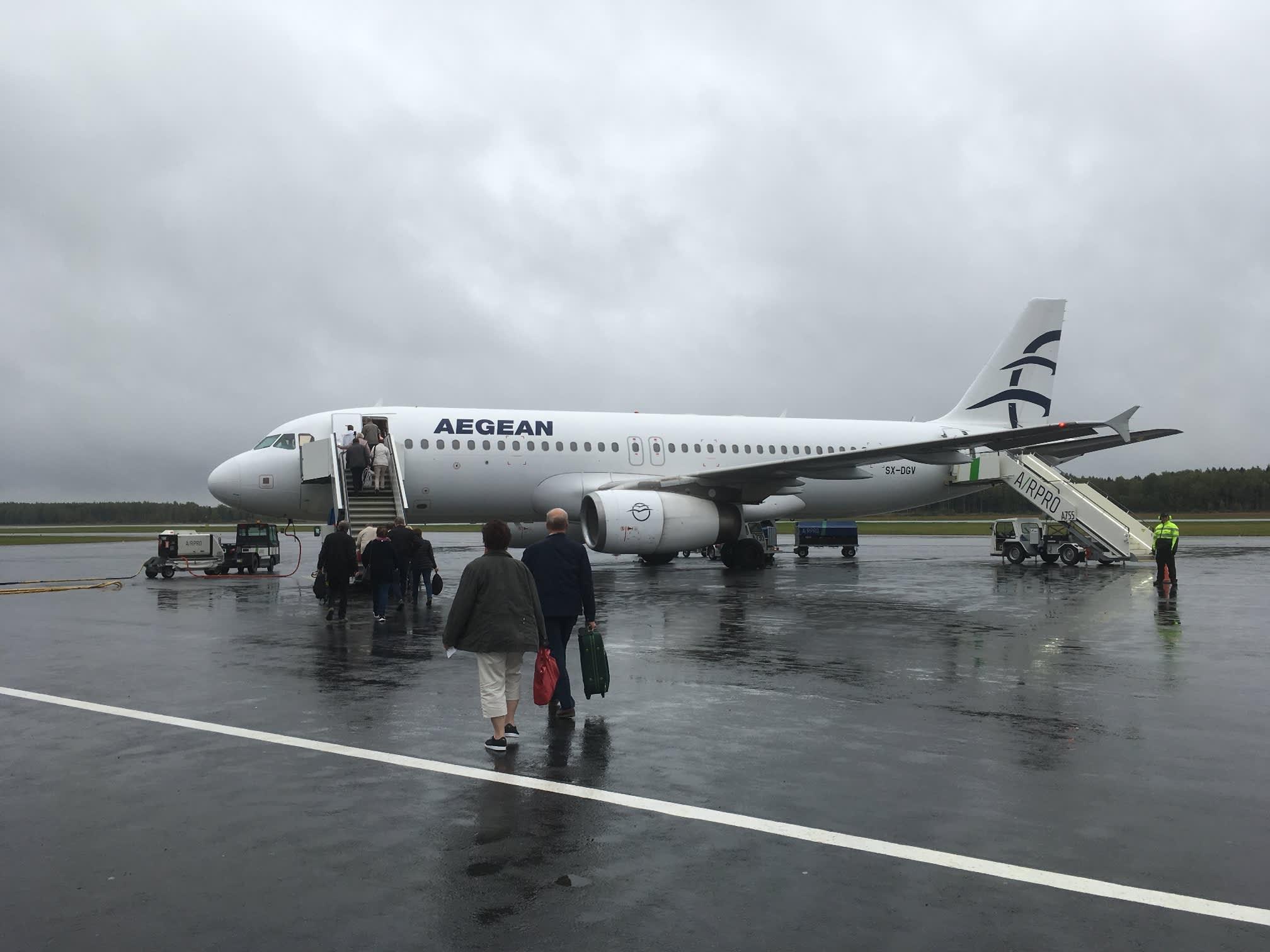 Matkustajat siirtyvät lentokoneeseen.
