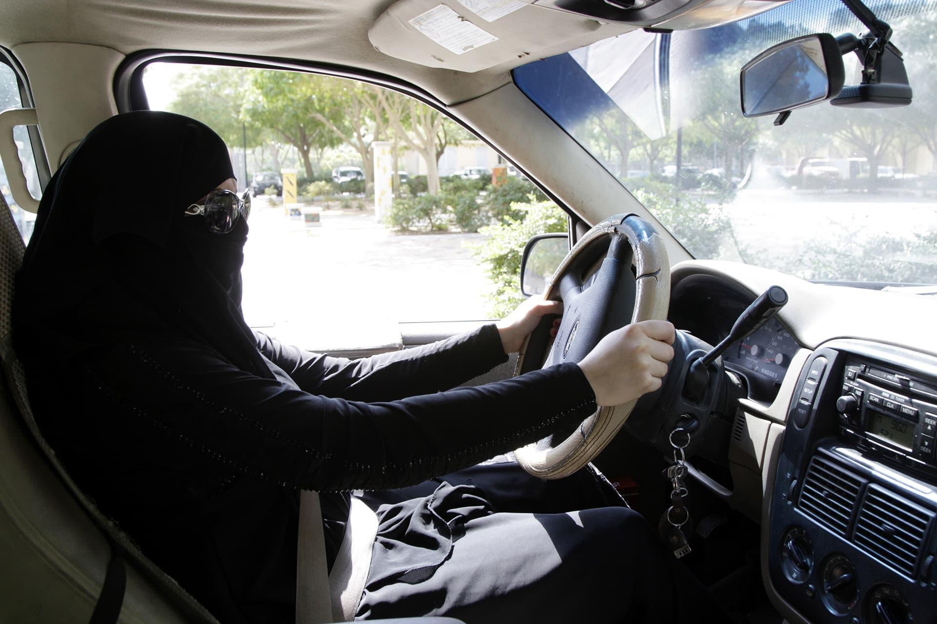 saudinainen ajaa autoa riadissa.
