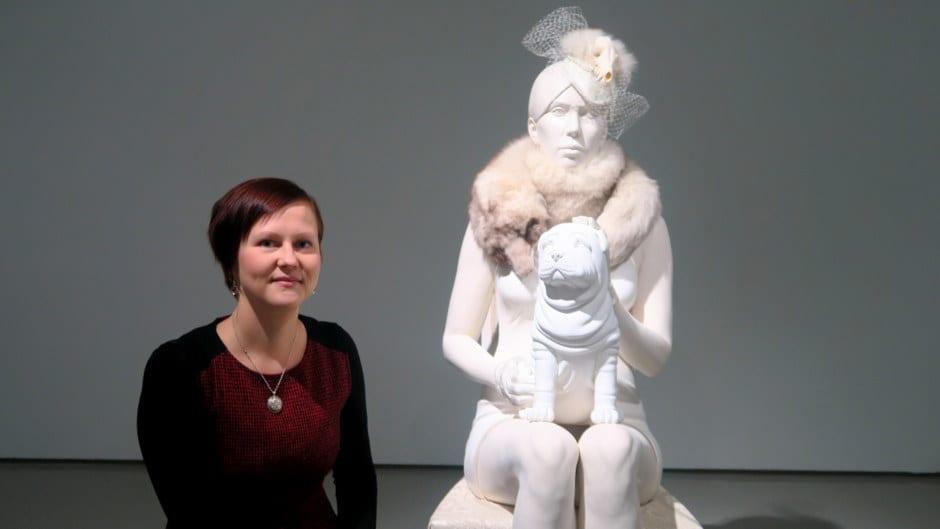 Marianne Siri teoksensa Madonna ja pentu vieressä