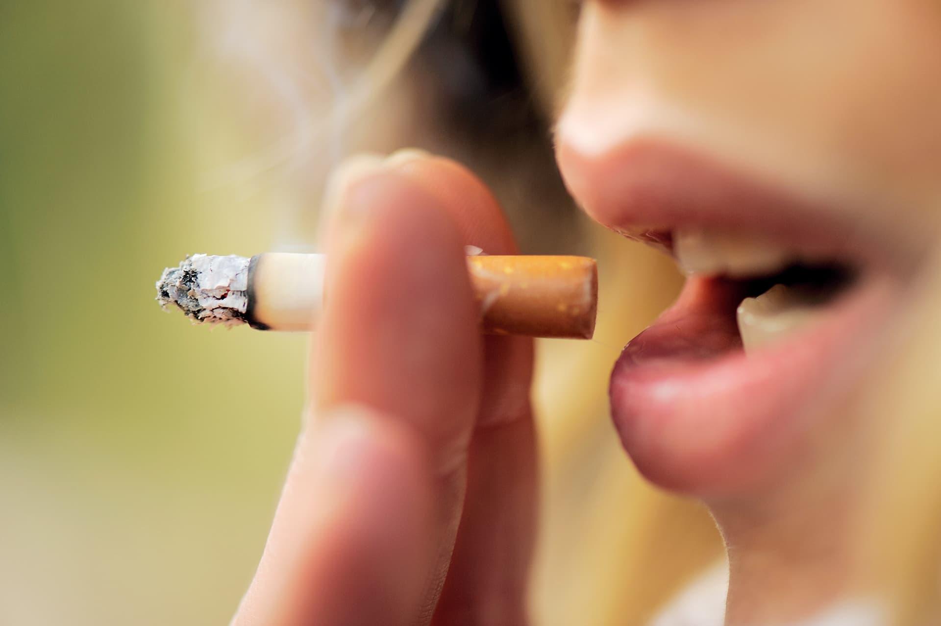 nainen polttaa tupakkaa