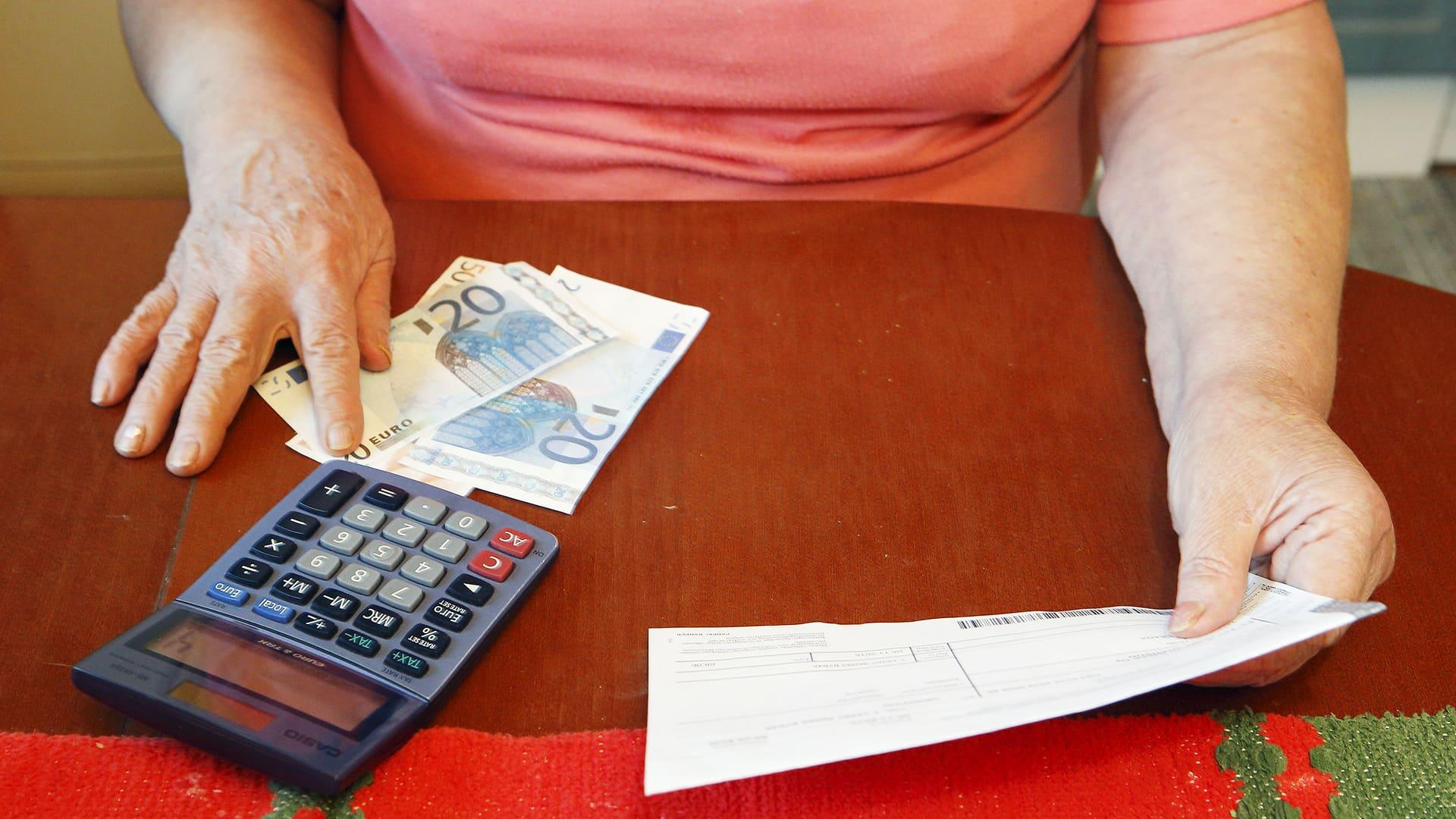 eläkeläinen laskee rahoja.
