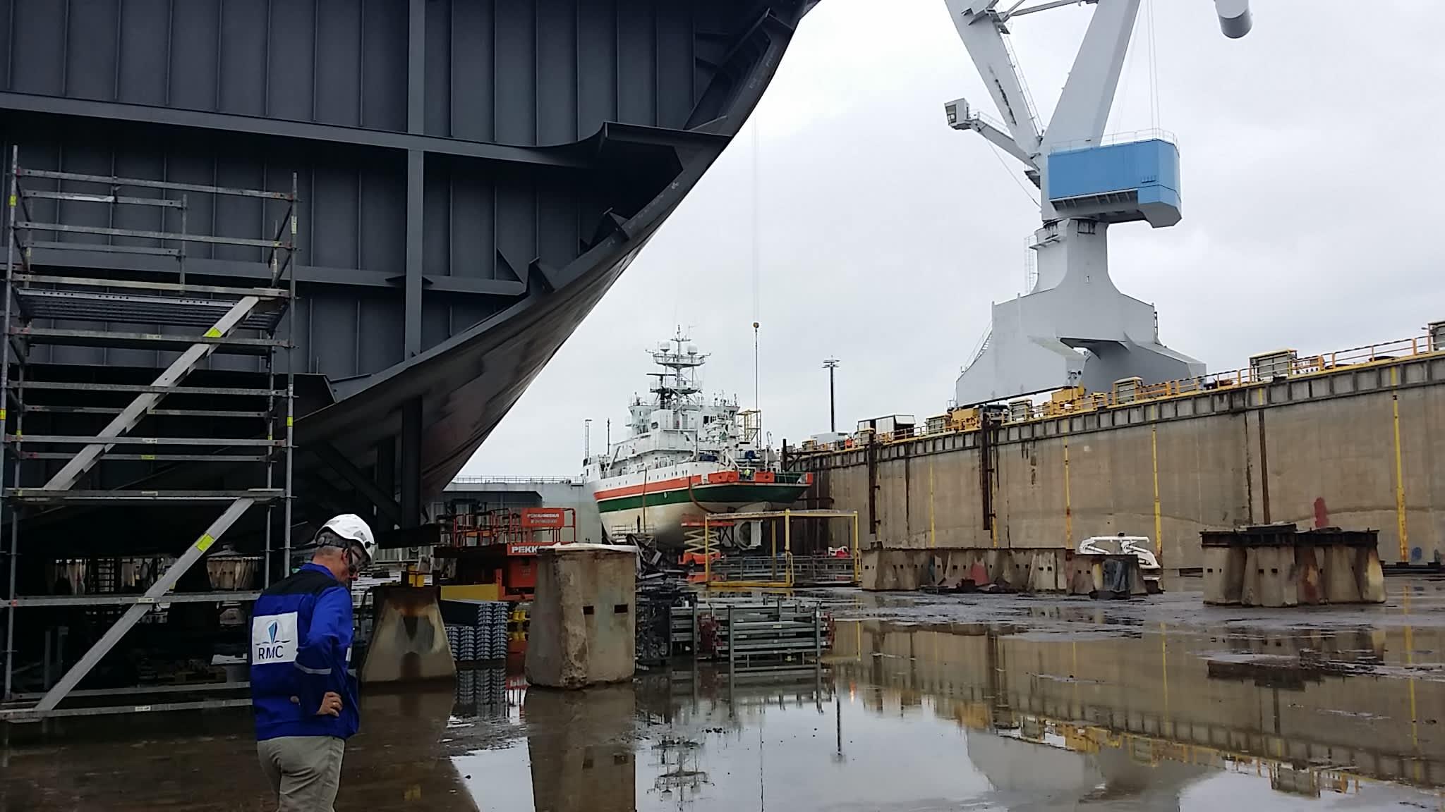 Rauman sataman altaassa laiva rakennettavana