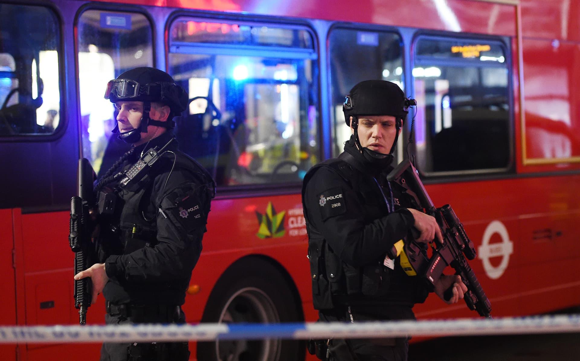 Aseistettuja poliiseja Oxford Streetilla perjantai-iltana.