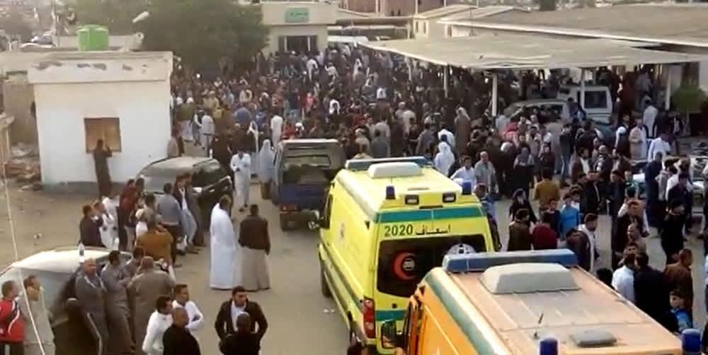 Ihmisiä ja ambulansseja moskeijaiskun jälkeen Siinain niemimaalla 24. marraskuuta.