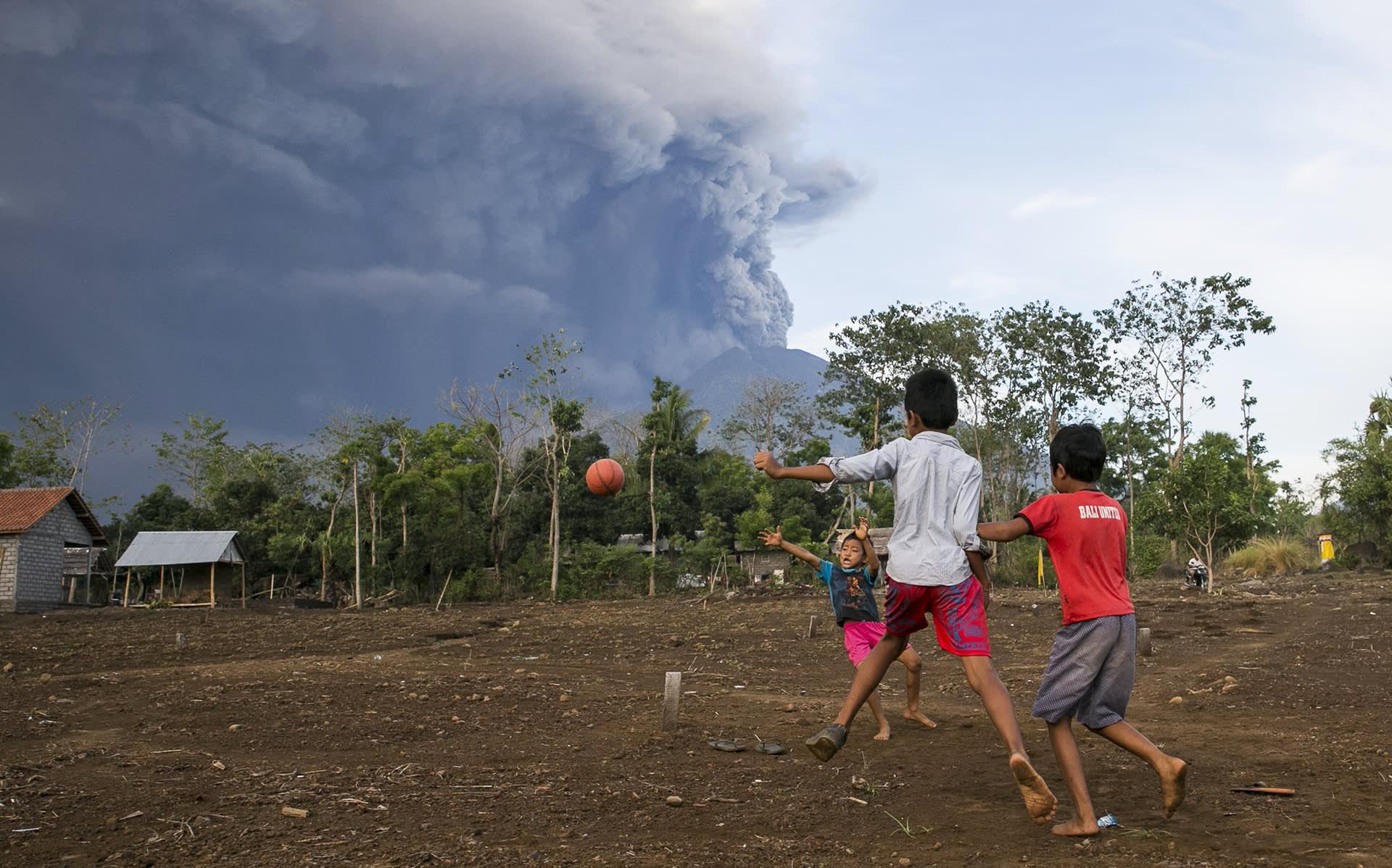 Pojat pelasivat jalkapalloa Agung-tulivuoren syöstessä tuhkaa Balilla 26. marraskuuta.