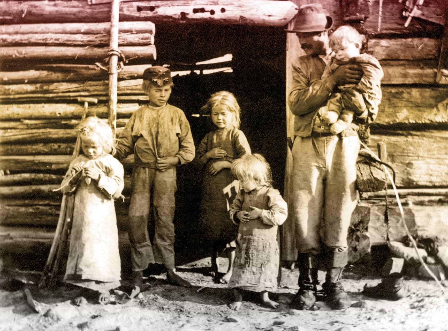 Kun Suomesta tuli Suomi -sarjan pääkuva Luukkosen perheestä Taivalkoskella, joka joutui kesällä 1917 turvautumaan pettuleivän syöntiin. Kuva: Samuli Paulaharju / Museovirasto