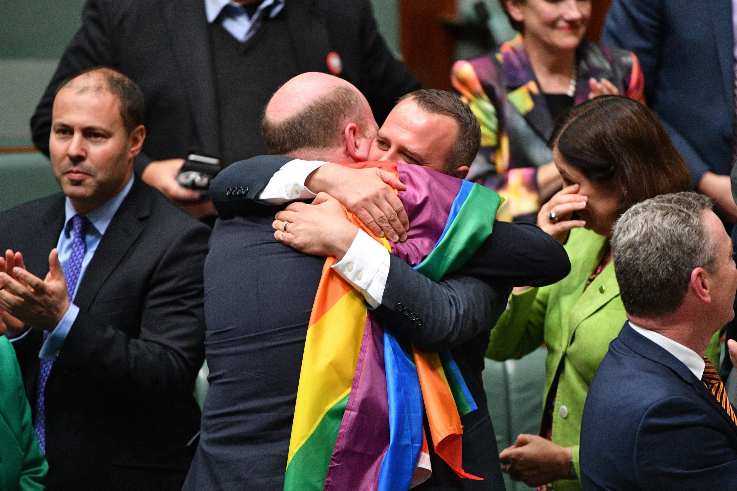 Australian parlamentin alahuone hyväksyi sukupuolineutraalin avioliittolain