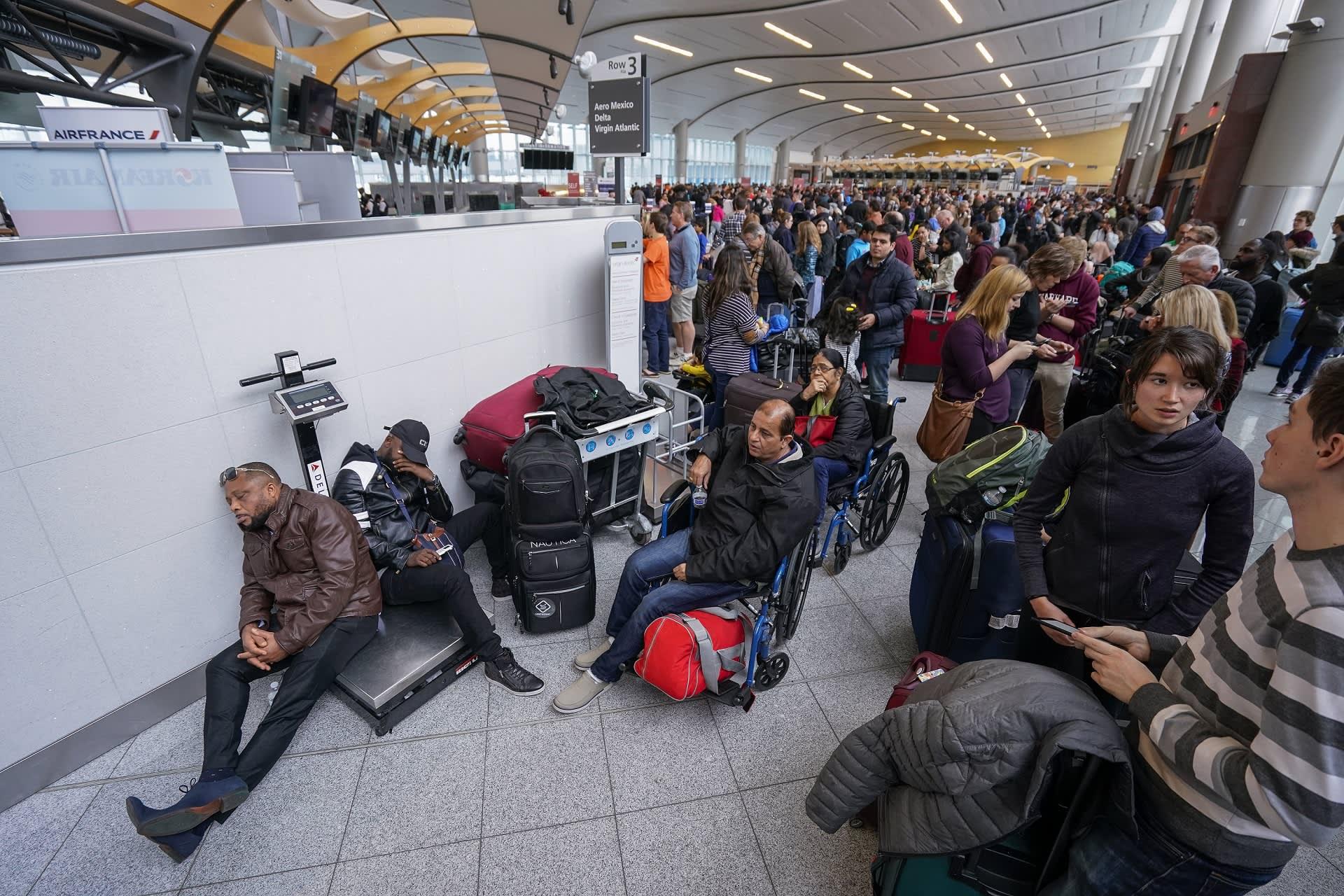Tuhannet matkustajat odottivat sähkökatkon päättymistä Hartsfield-Jacksonin lentokentällä Yhdysvalloissa 17.12.2017.
