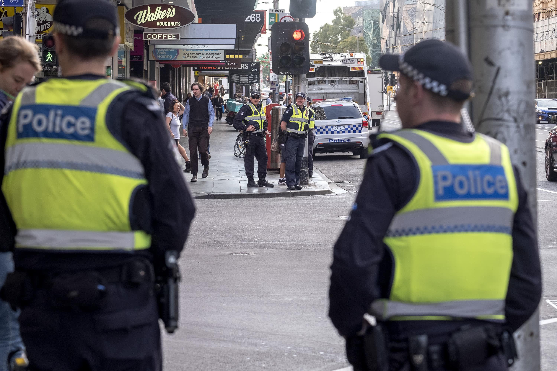 Poliiseja kadulla Melbournessa