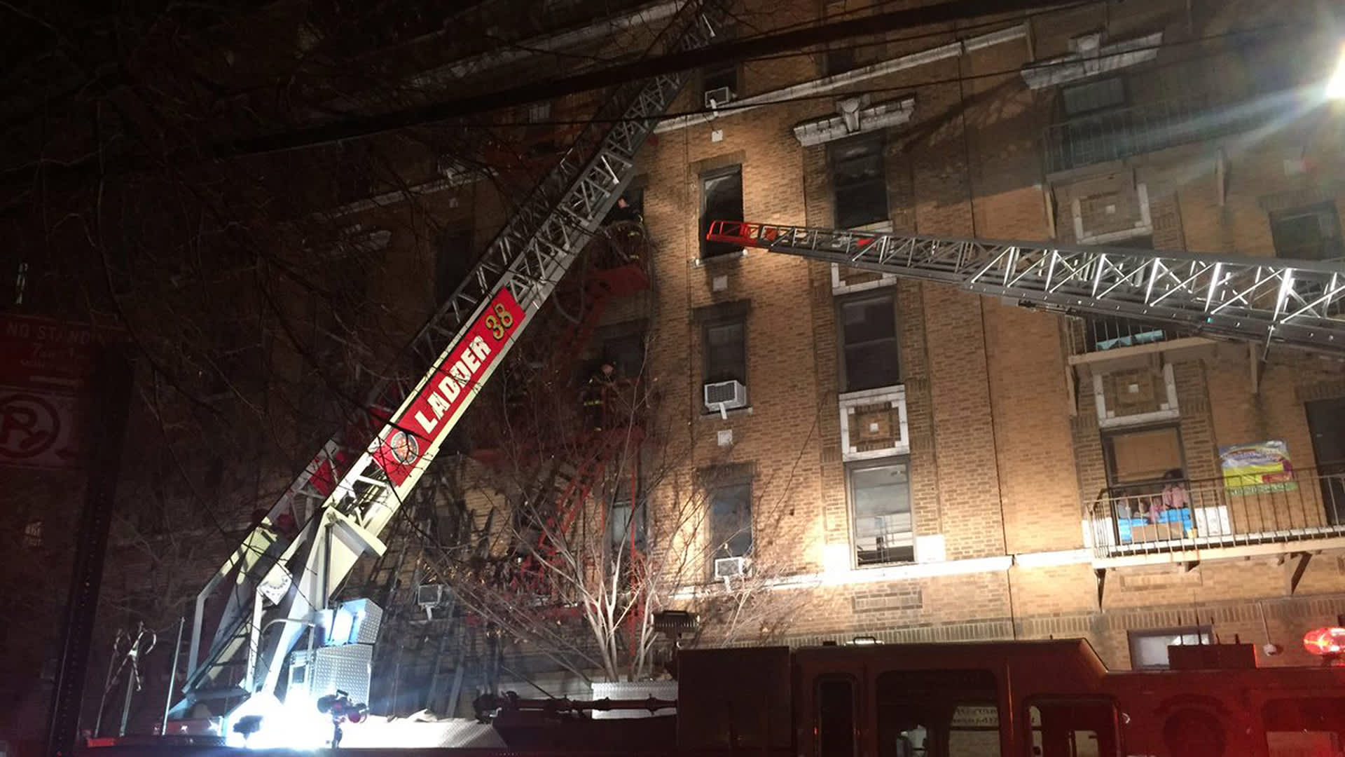 Pelastushenkilöstö yrittää taltuttaa tulta asuinrakennuksessa Bronxissa New Yorkissa.