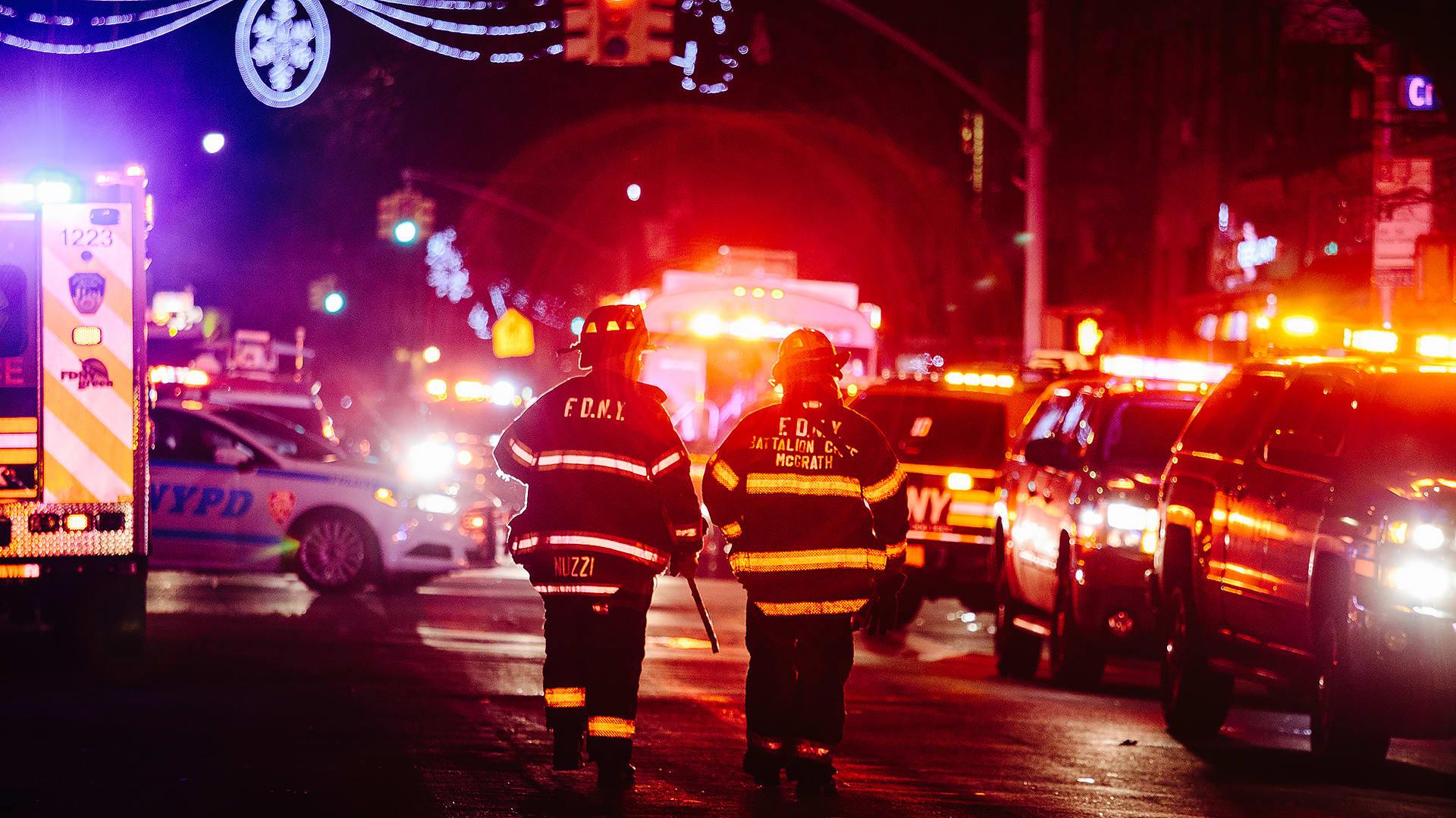 Palomiehiä kadulla Bronxissa, New Yorkissa.