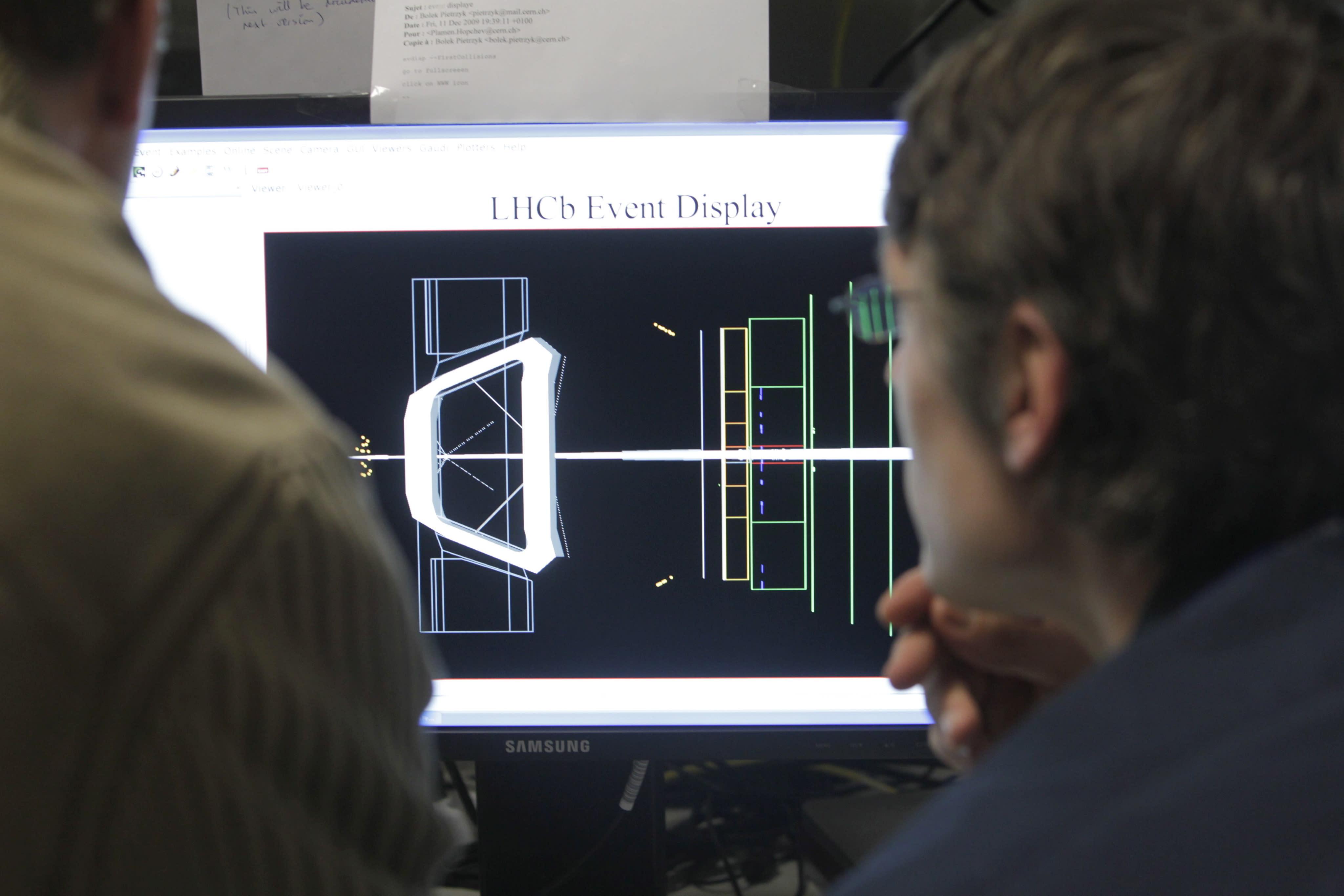 LHCb-kokeeseen osallistuvia tiedemiehiä CERNissä Genevessä.
