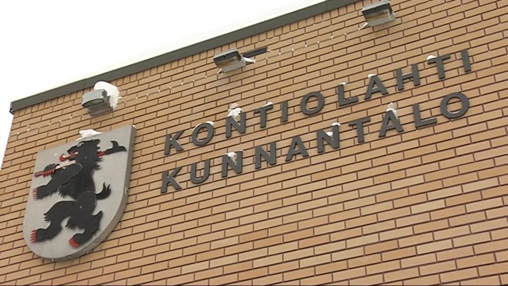 Vaakuna Kontiolahden kunnantalon seinässä.