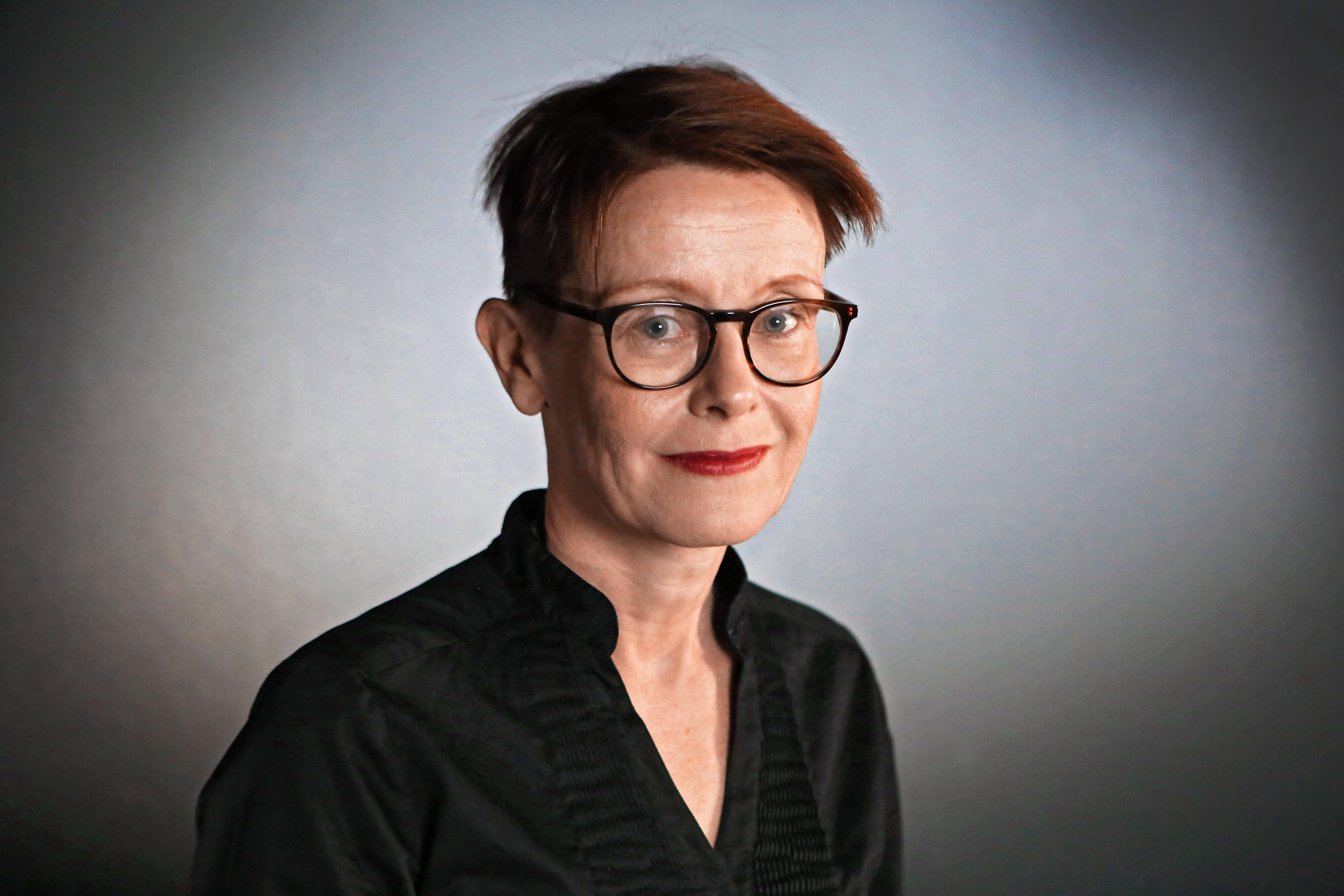 Tietokirjailija Asta Leppä poseeraa kameralle.