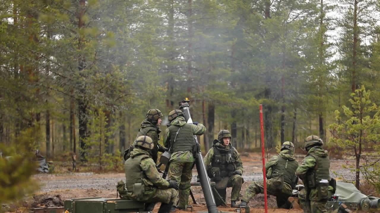 Kranaatinheittimet ja tykit ampuvat Rovajärvellä Northern Forest -harjoituksessa