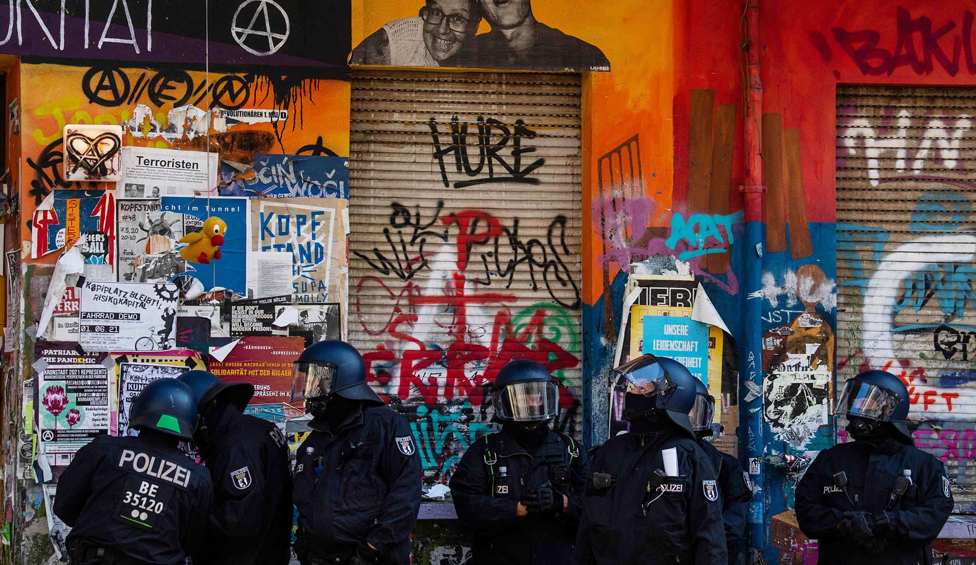 Pari sataa talonvaltaajaa puolustautui palosammuttimilla sisään pyrkiviä mellakkapoliiseja Berliinissä