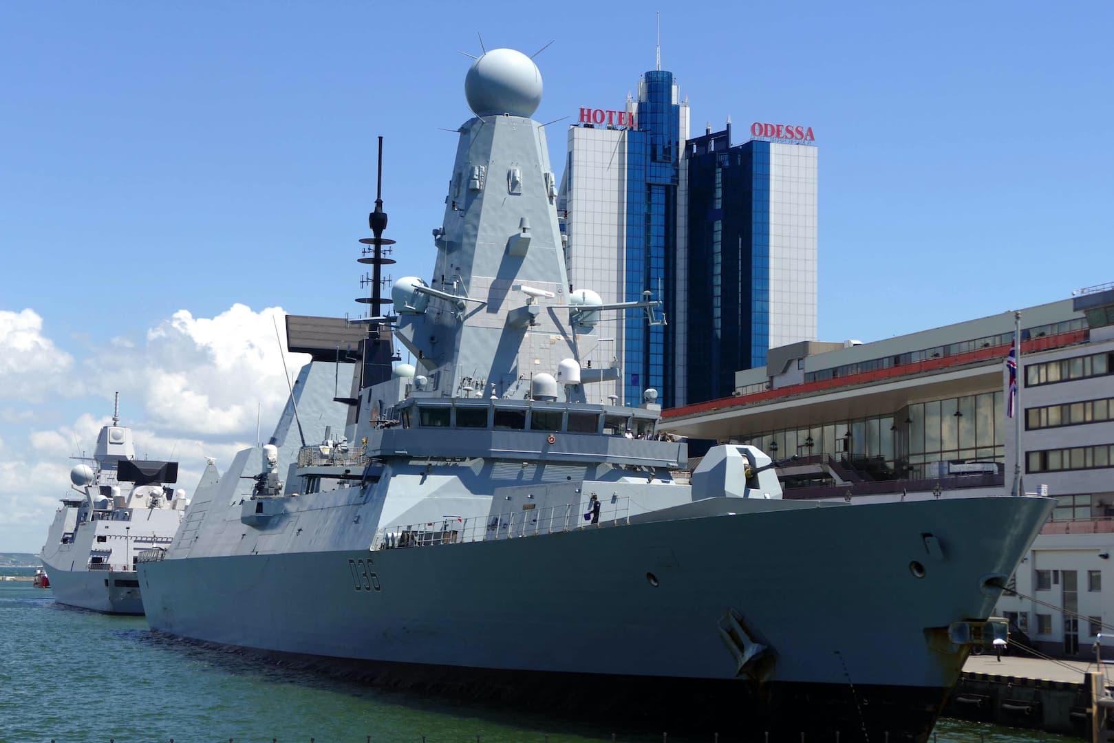 Britannian HMS Defender -hävittäjä satamassa.