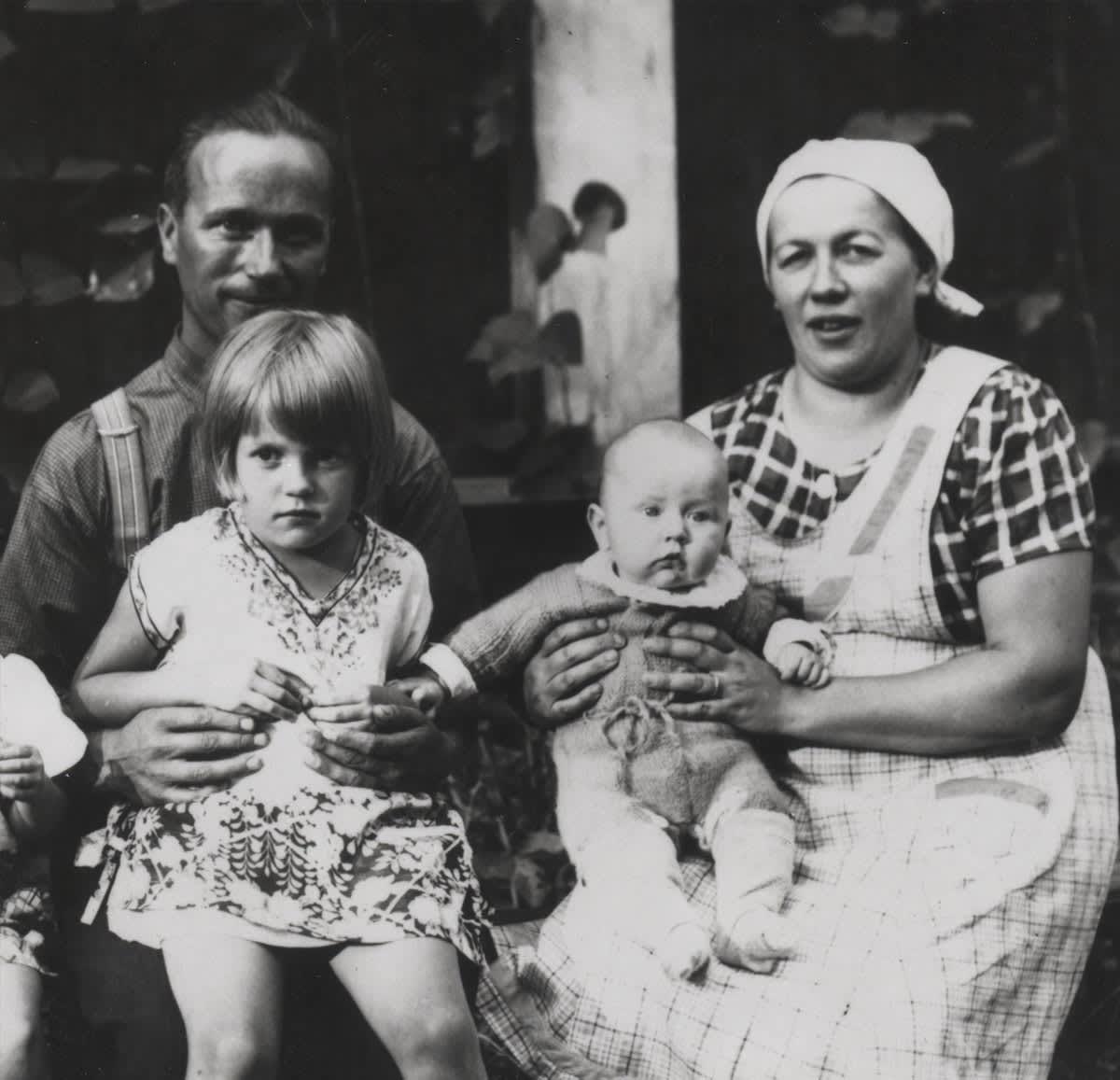 Mustavalkoinen kuva Arndt, Aleksandra, Säde ja Juhani Pekurisesta kesällä 1939 kesäsiirtola Rientolan terassilla Herttoniemessä.
