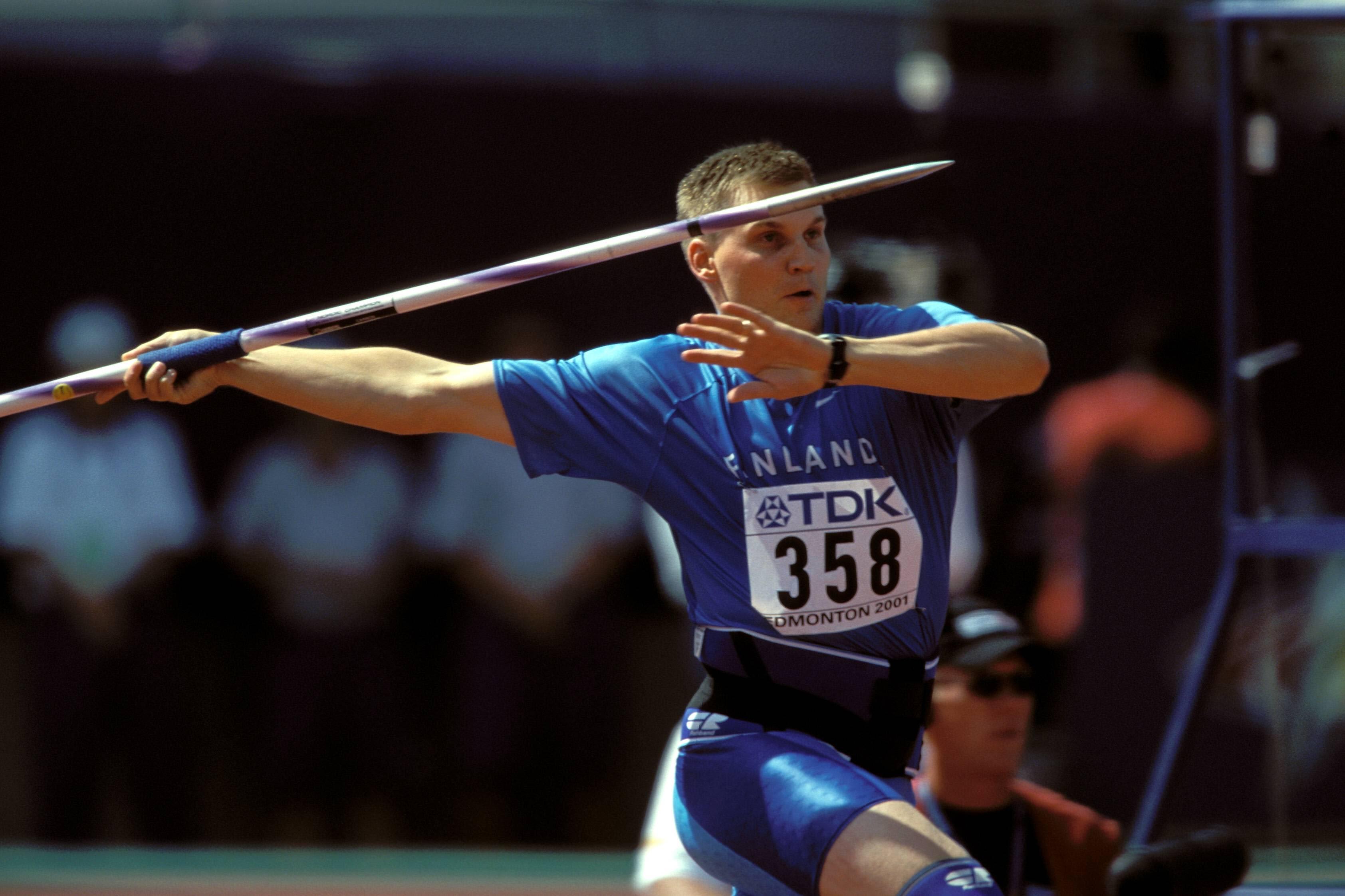 Aki Parviainen heitti kovalla riskillä Edmontonin MM-finaalissa vuonna 2001.