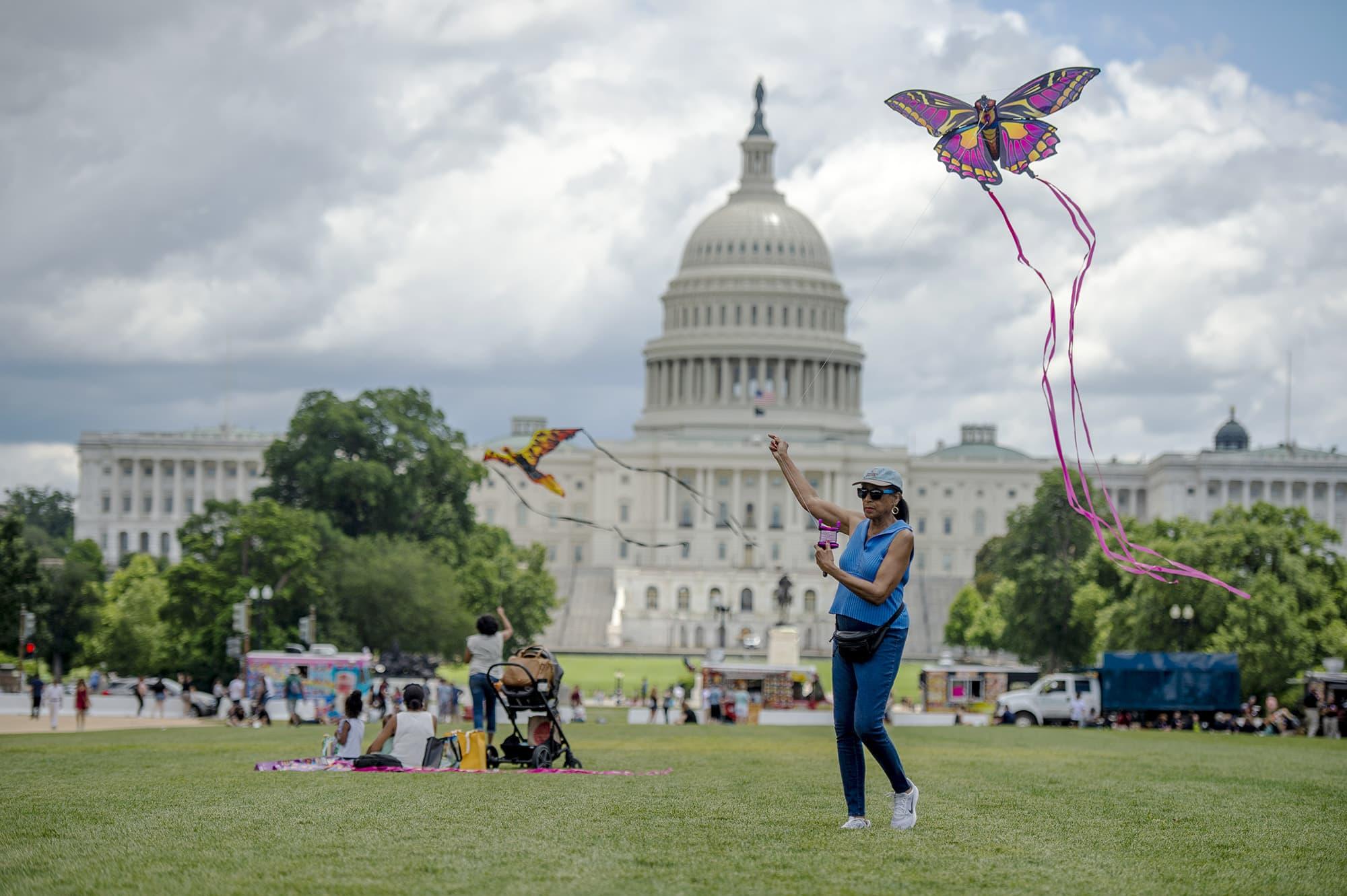 Nainen lennättää leijaa Yhdysvaltain kongressitalon edessä.