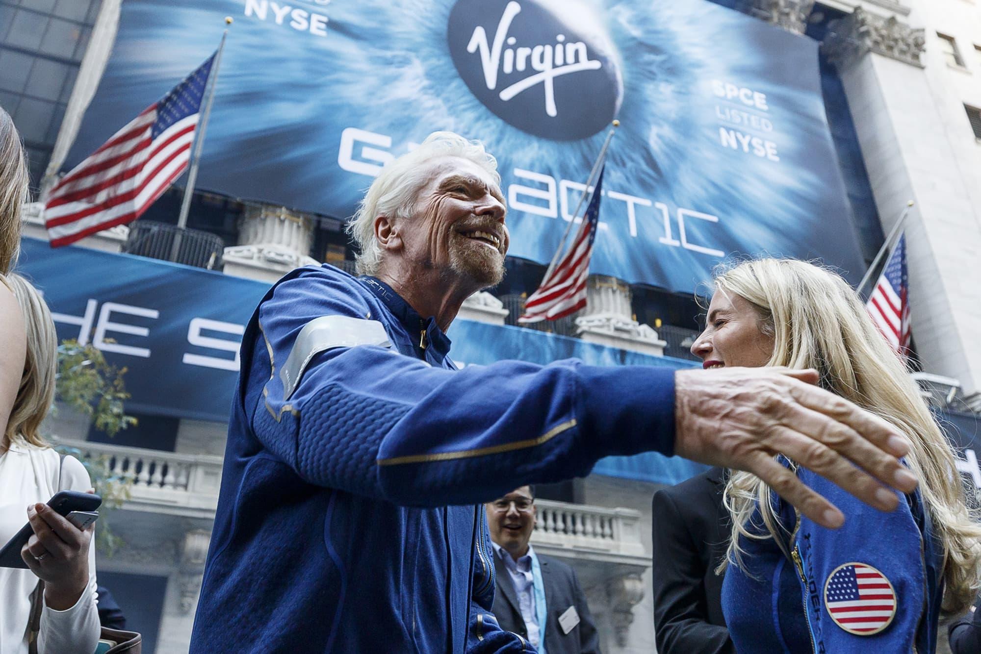 Brittiläinen Virgin-imperiumin luoja Richard Branson New Yorkin pörssitalon edessä.