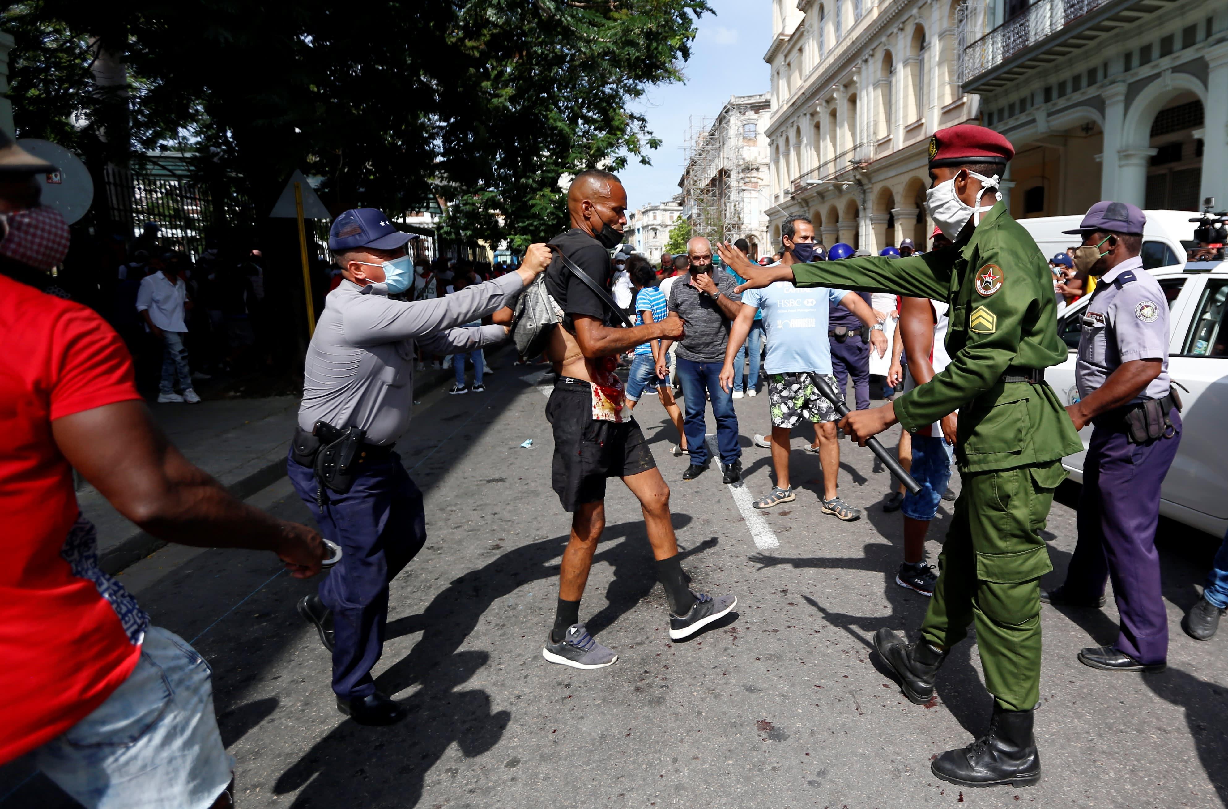 Tuhannet vaativat presidentin eroa Kuubassa