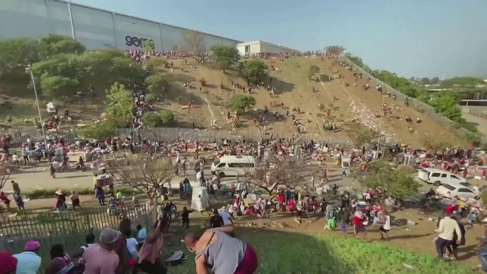 Etelä-Afrikassa päiviä jatkuneet protestit riistäytyivät ryöstelyksi