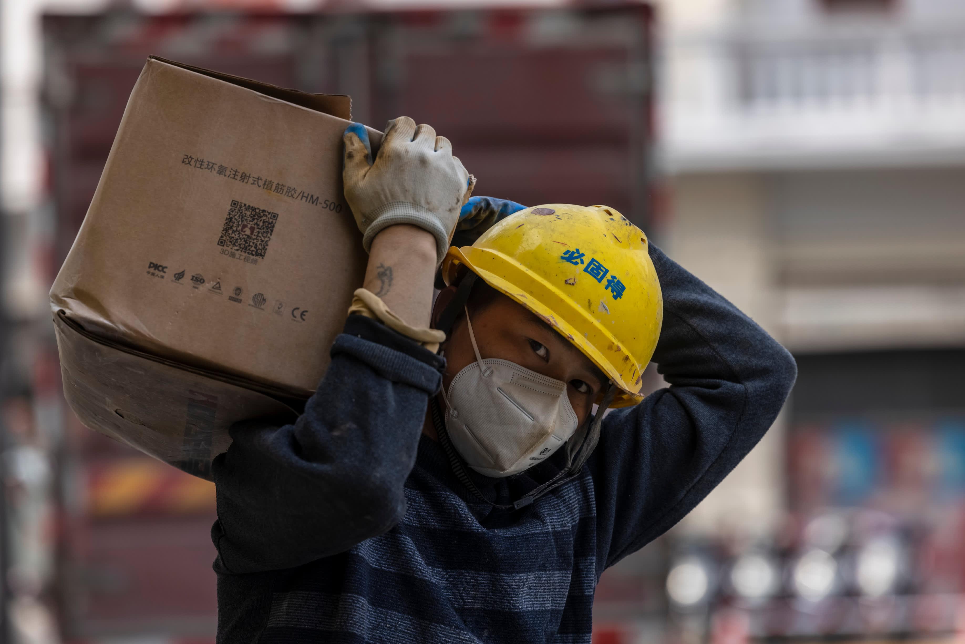 Kiinassa talous kasvaa, mutta ei enää niin kohisten kuin alkuvuonna. Kuvassa rakennustyömies Shanghaissa huhtikuussa.