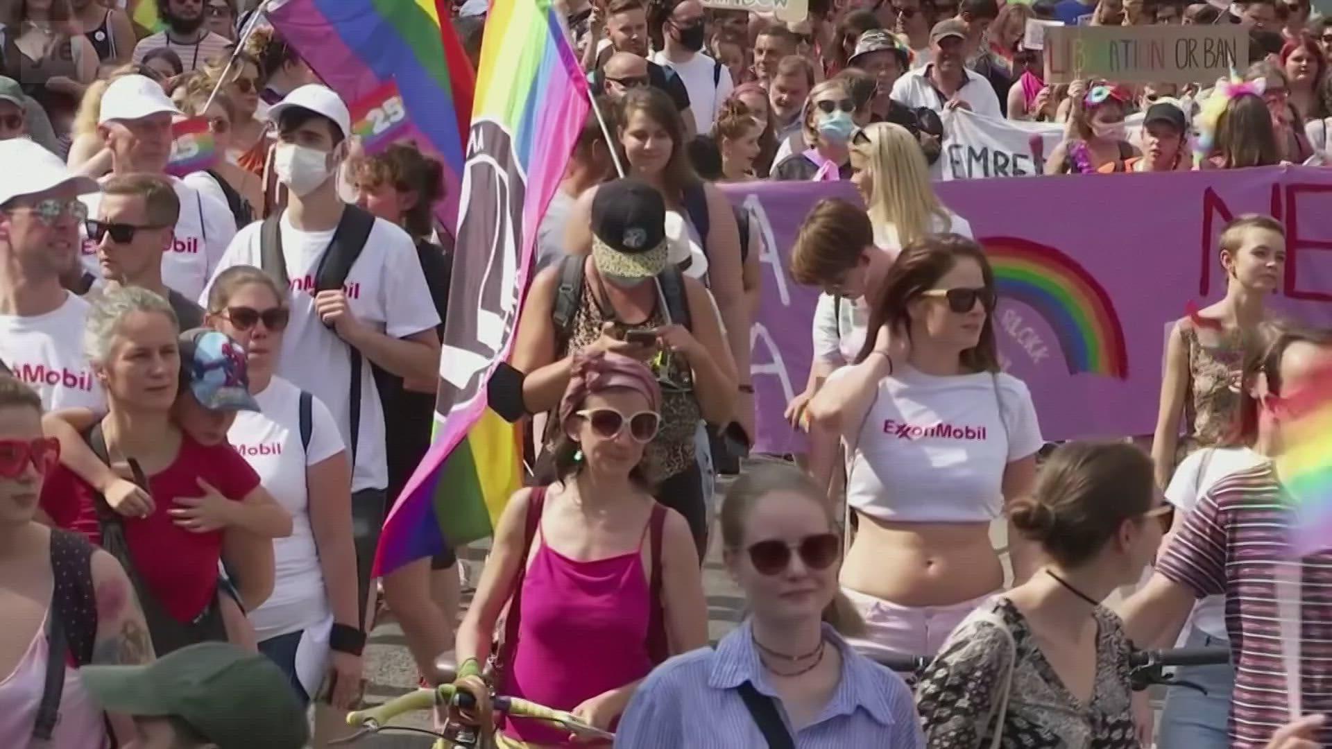 Unkarissa tuhannet marssivat seksuaalivähemmistöjen oikeuksien puolesta