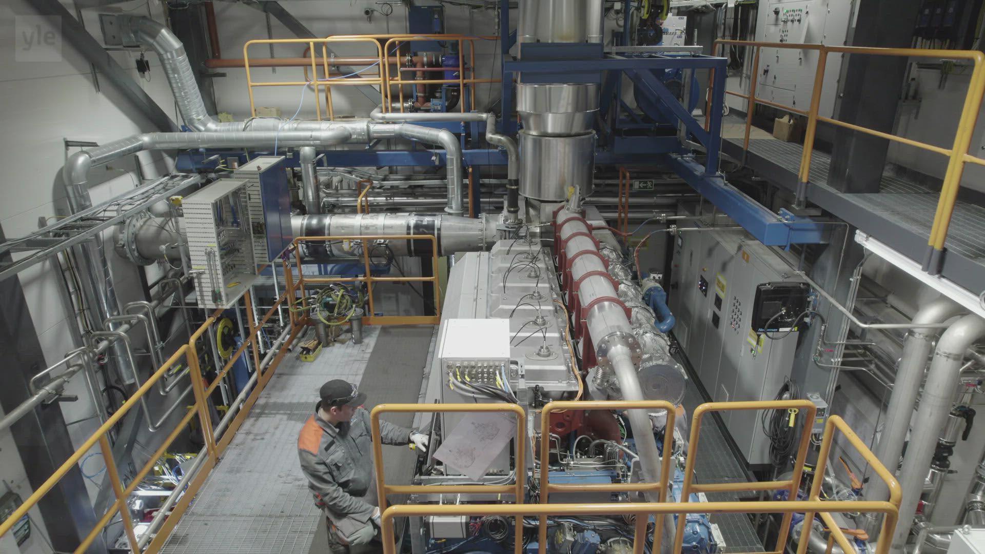 Tulevaisuuden polttoaineiden testaamisessa tarvitaan taskulamppuakin. Katso mitä Vaasan moottorilaboratoriossa tapahtuu