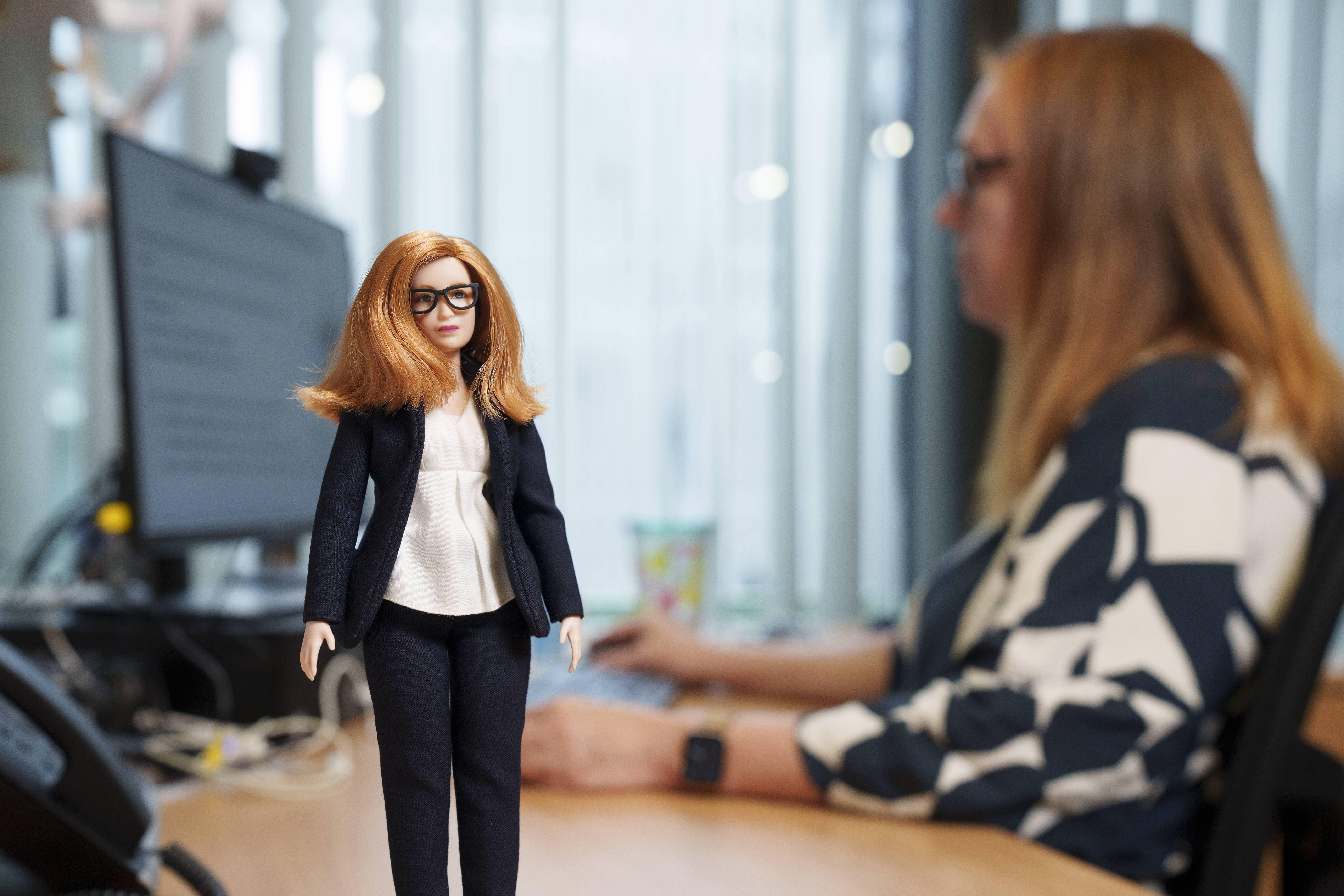 Oxfordin yliopiston rokotetutkimusryhmän johtaja Sarah Gilbertistä tehtiin Barbie-nukke