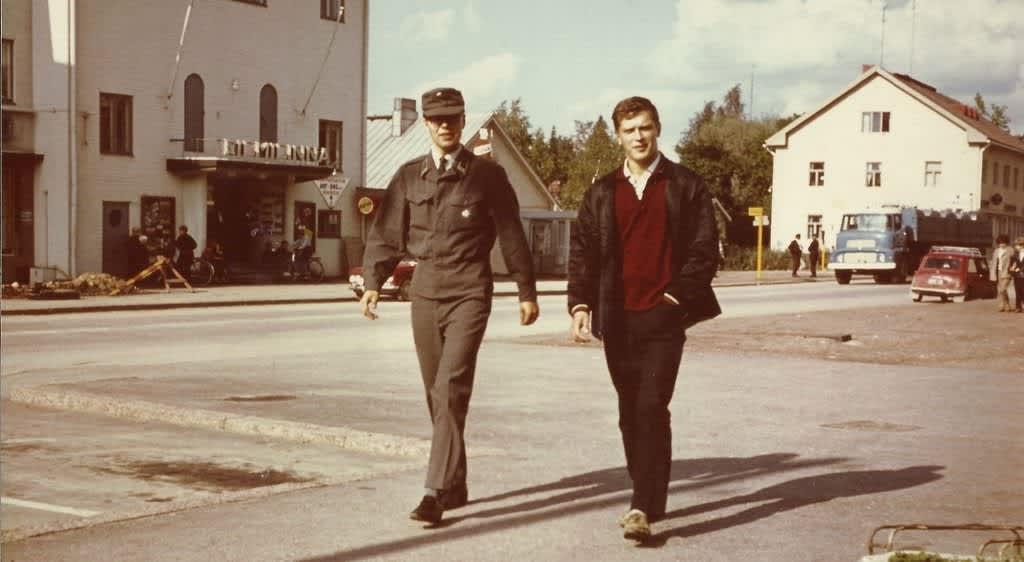 Hannu Juurinen (vas) ja ystänsä Reijo Lempinen järvenpääläisen elokuvateatteri Filmilinnan edessä kesällä 1966.