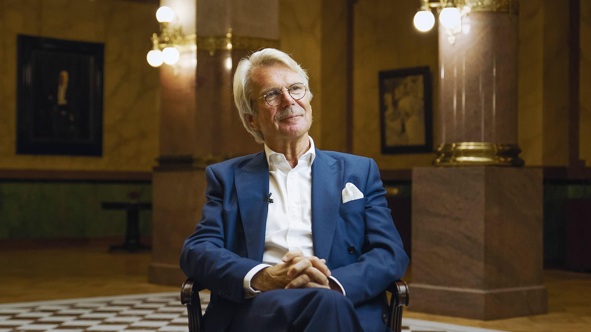 Björn Wahlroos kuvattuna Hullu vuosi 1991 -dokumenttia varten
