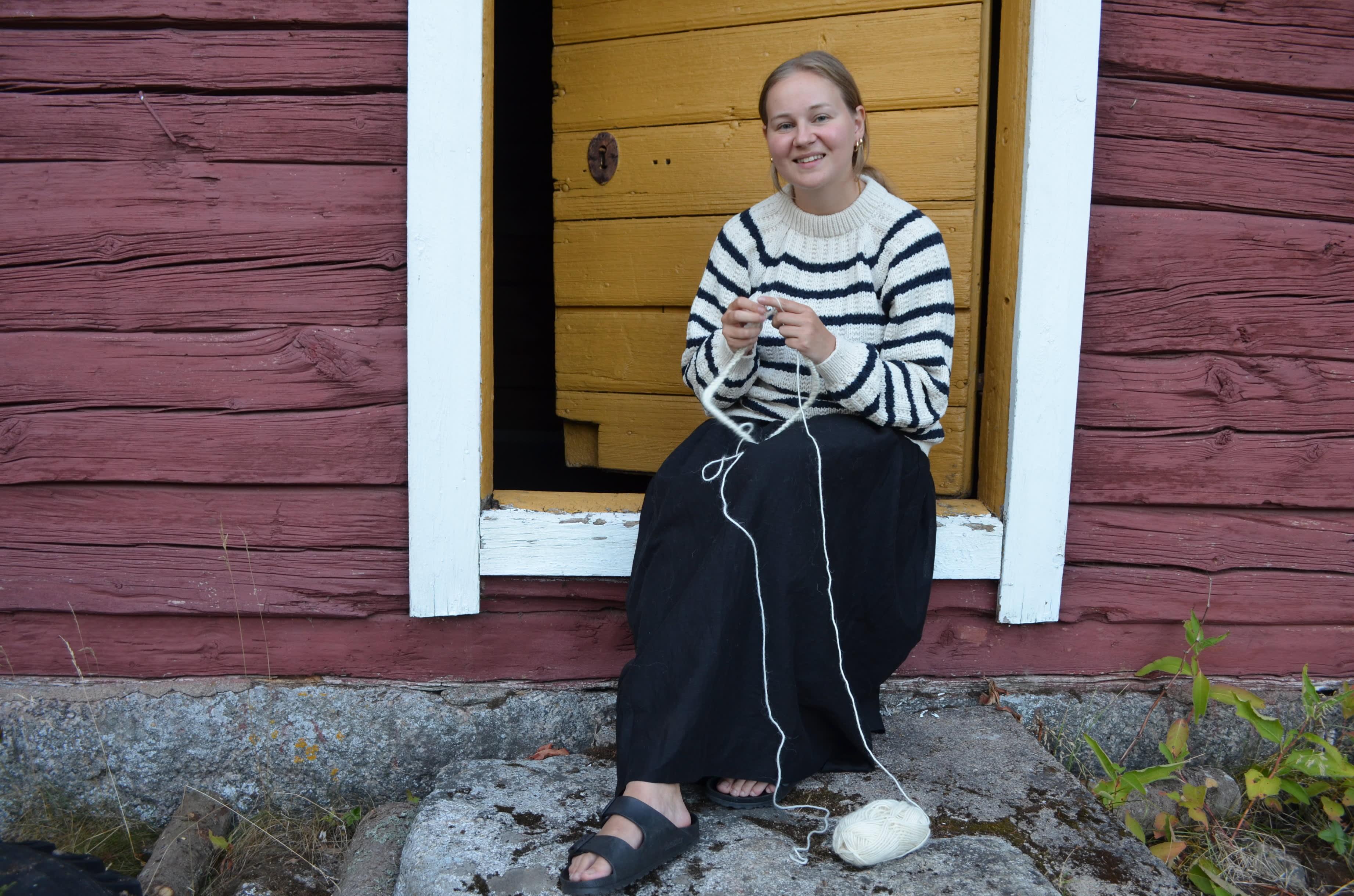Reetta Pellikka lapsuusmaiasemissaan Jalasjärvellä.