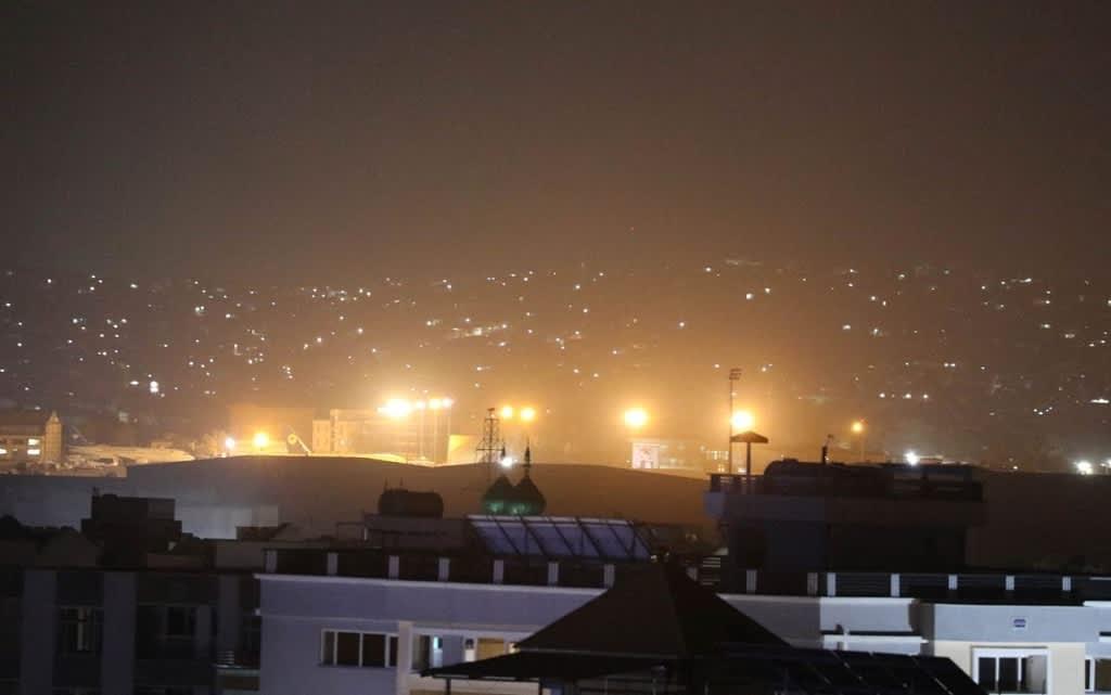 Kuvassa näkyy Talibanin ampumia ilotulitteita Kabulissa.