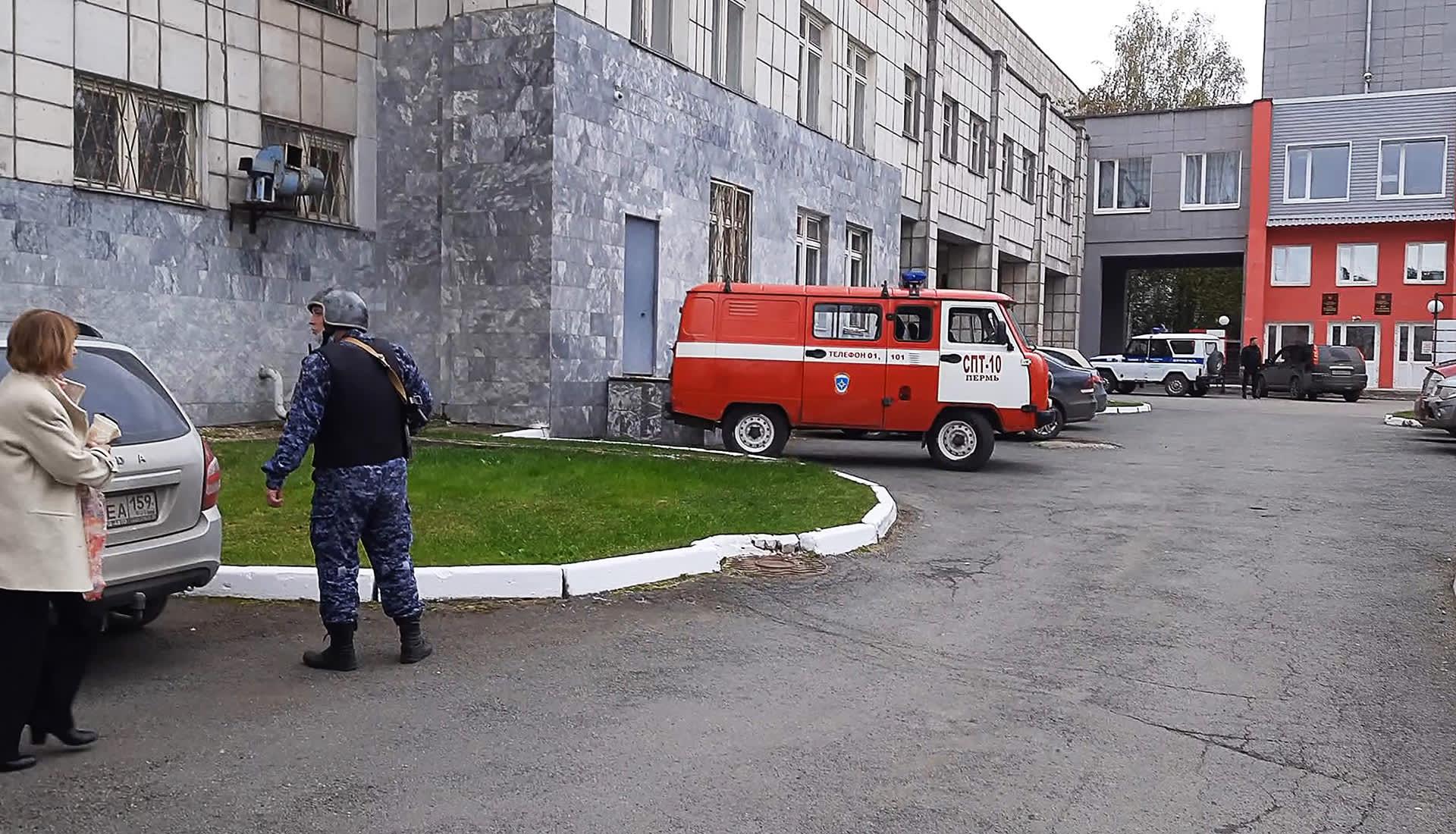 Hälytysajoneuvoja Permin ylipiston edustalla.